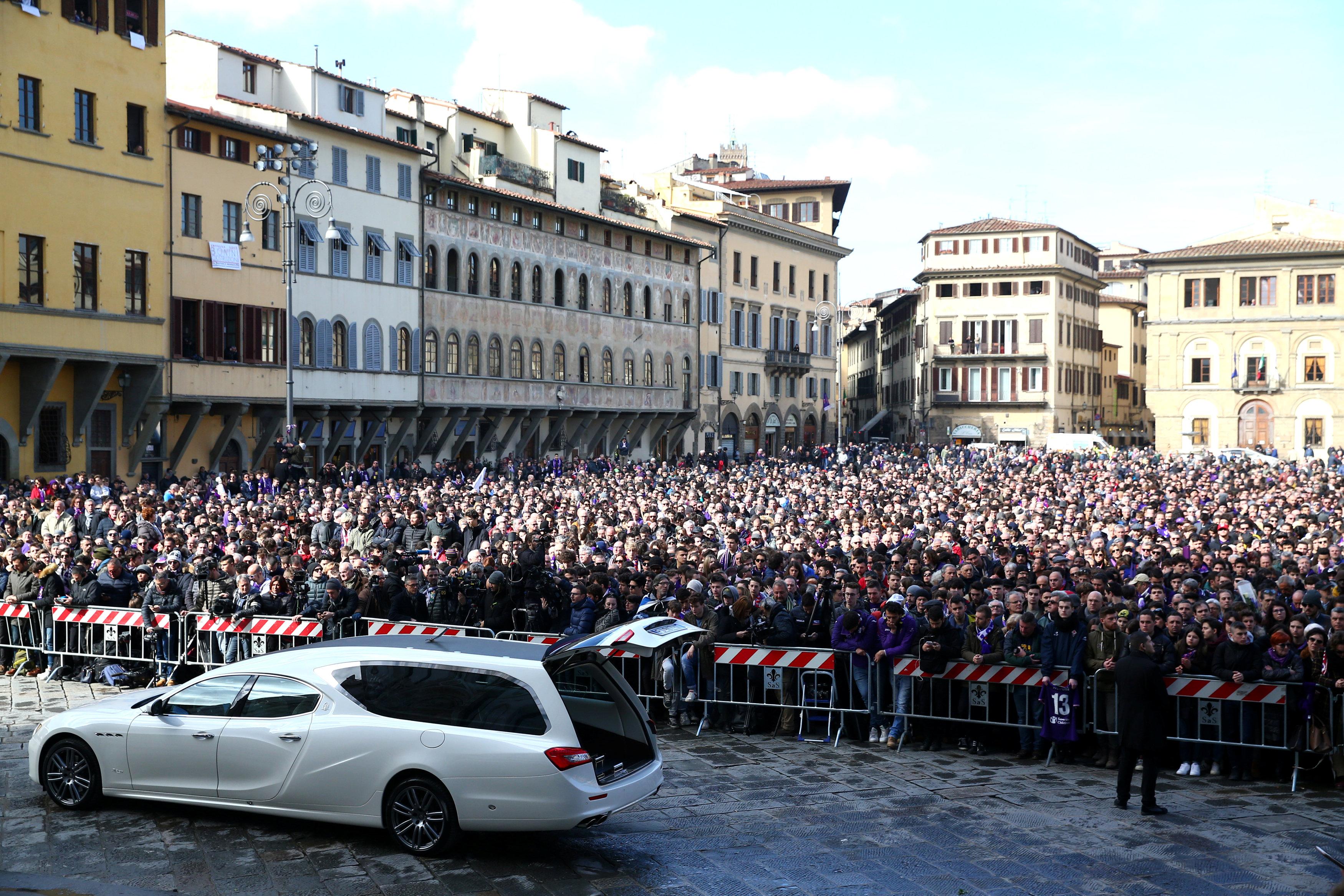 Hàng ngàn người hâm mộ đến đưa tiễn Astori. Ảnh: REUTERS