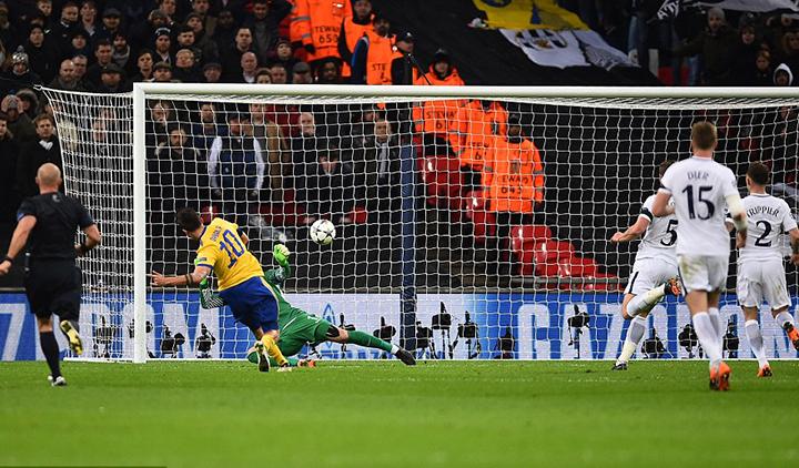 Pha dứt điểm nâng tỉ số lên 2-1 cho Juventus của Dybala. Ảnh: DAILY MAIl