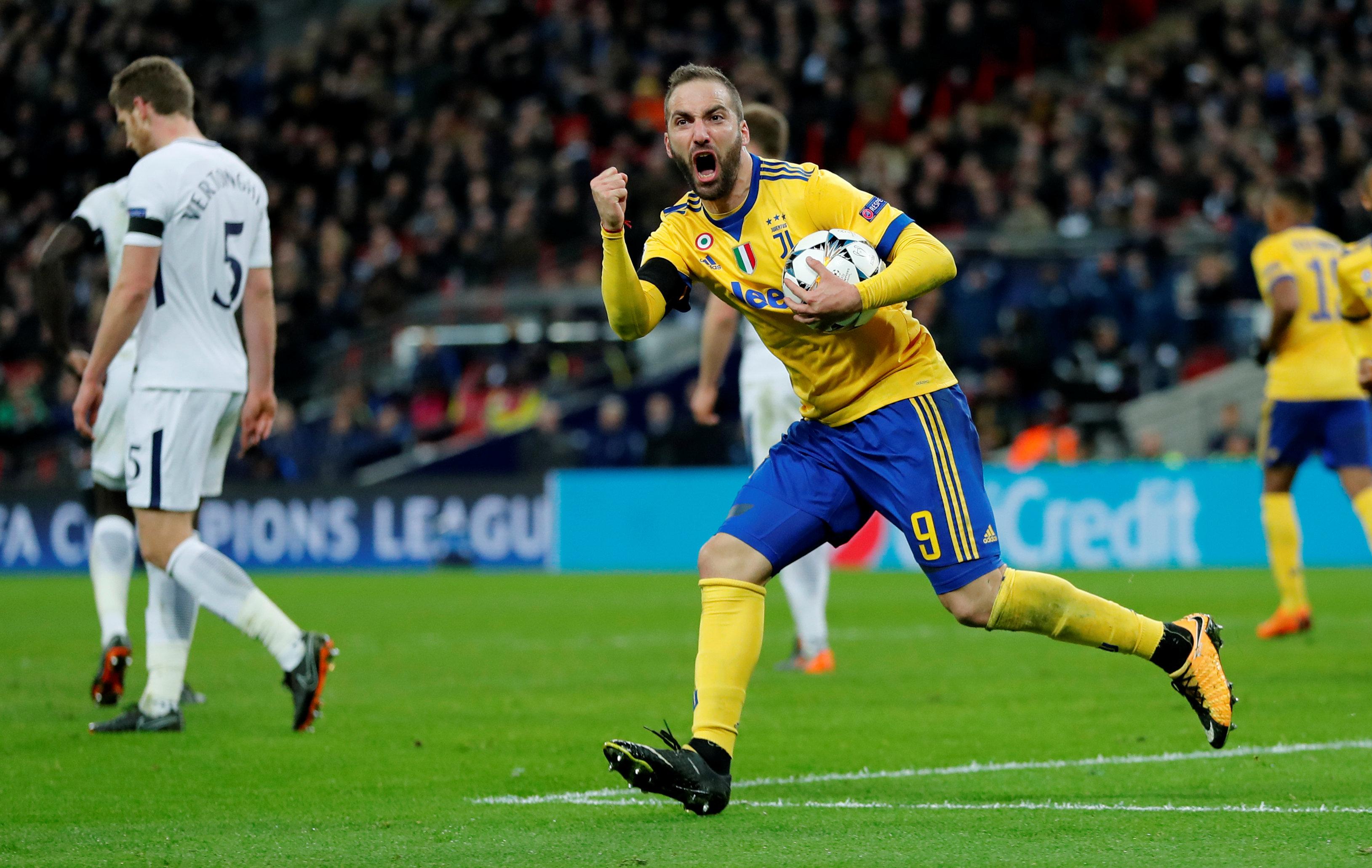 Higuain mừng khi ghi bàn gỡ hòa cho Juventus. Ảnh: REUTERS