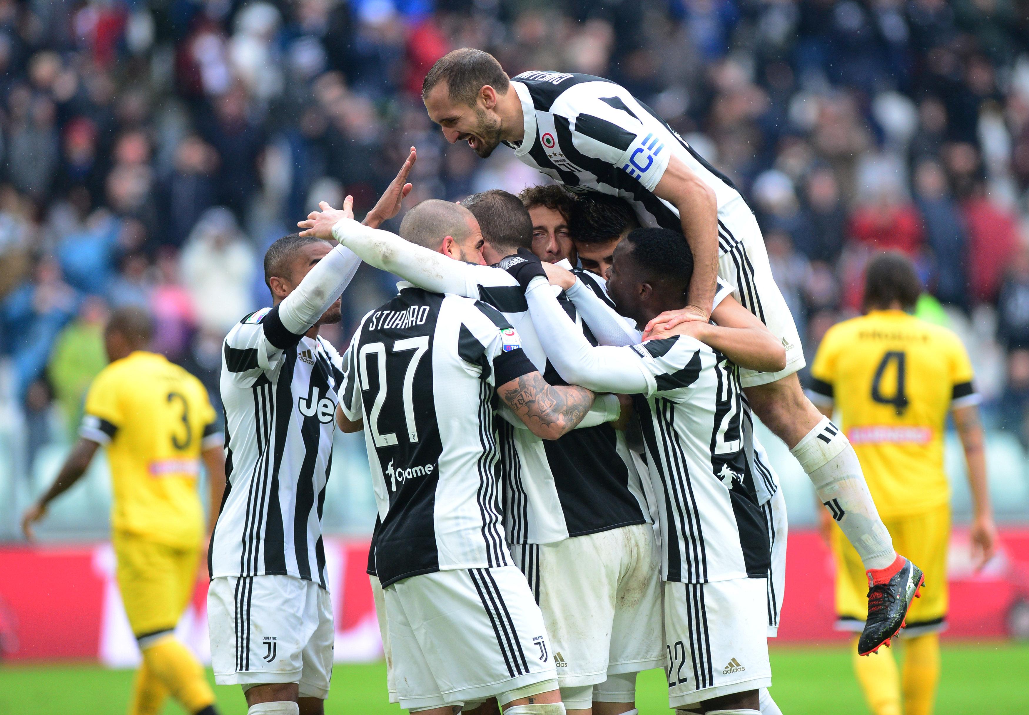 Niềm vui của các cầu thủ Juventus sau khi Dybala nâng tỉ số lên 2-0. Ảnh: REUTERS