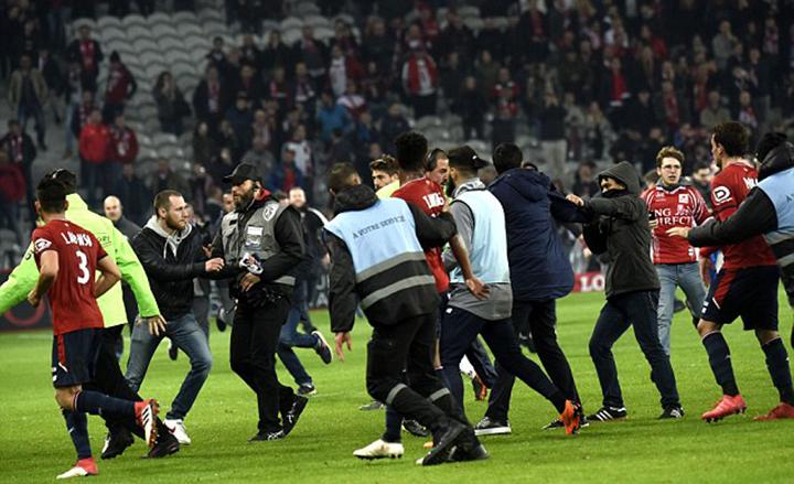 Các cổ động viên Lille lao vào sân tấn công các cầu thủ nhà sau trận đấu với Montpellier. Ảnh: GETTY IMAGES