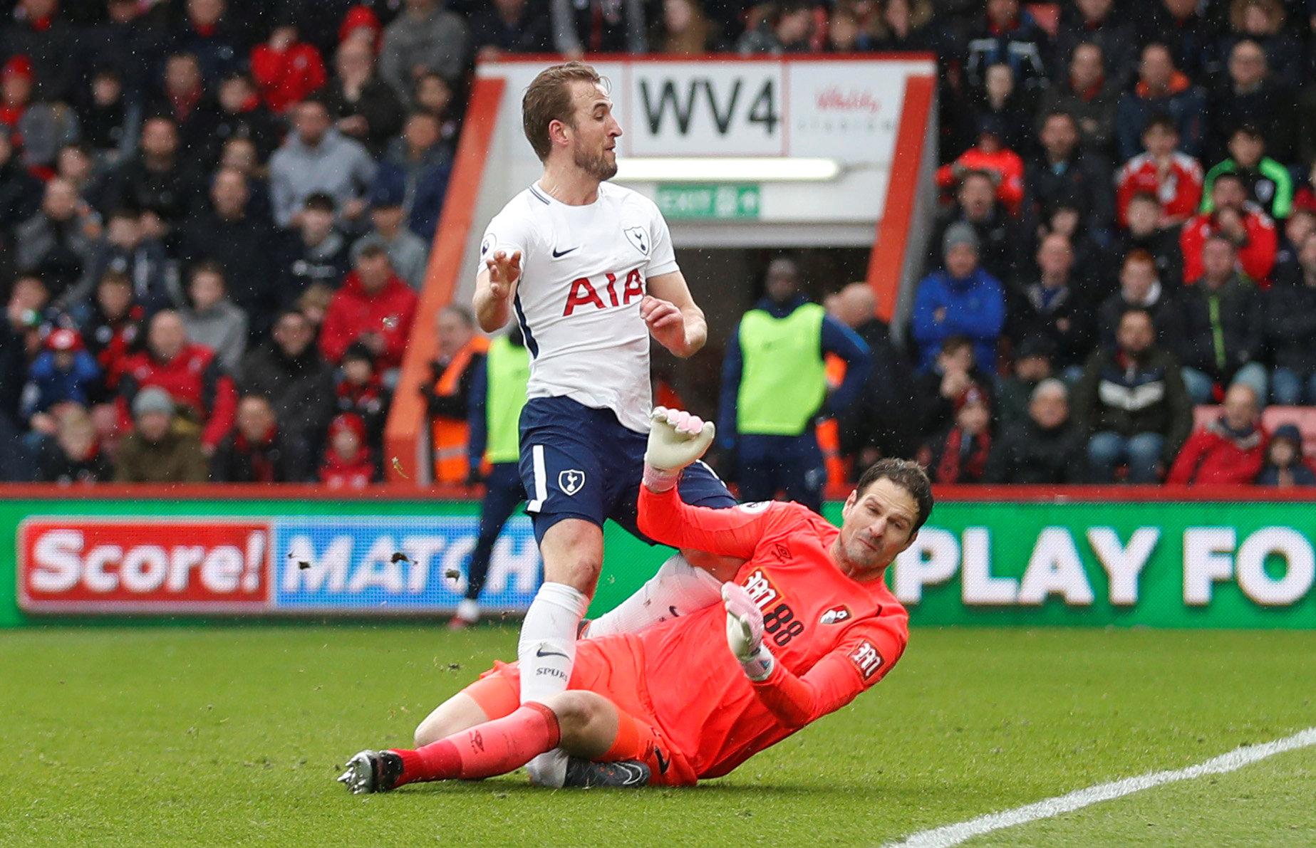 Pha va chạm khiến Kane bị thương. Ảnh: REUTERS