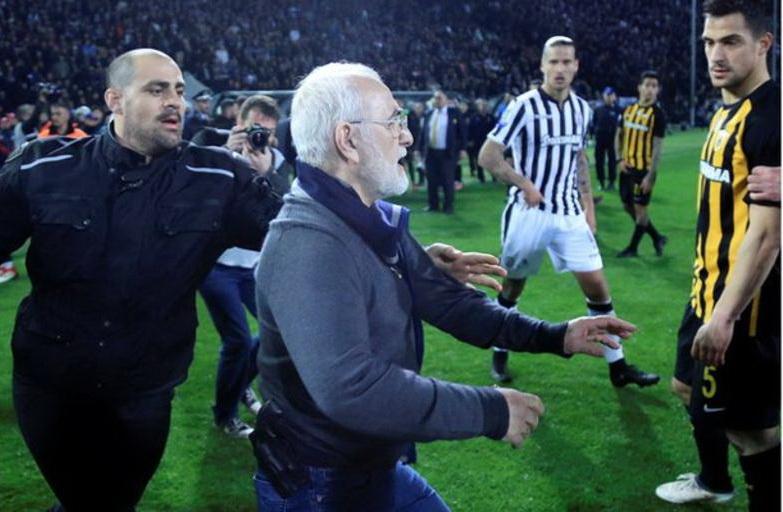 Chủ tịch Savvidis mang súng xuống sân đe dọa trọng tài. Ảnh: REUTERS