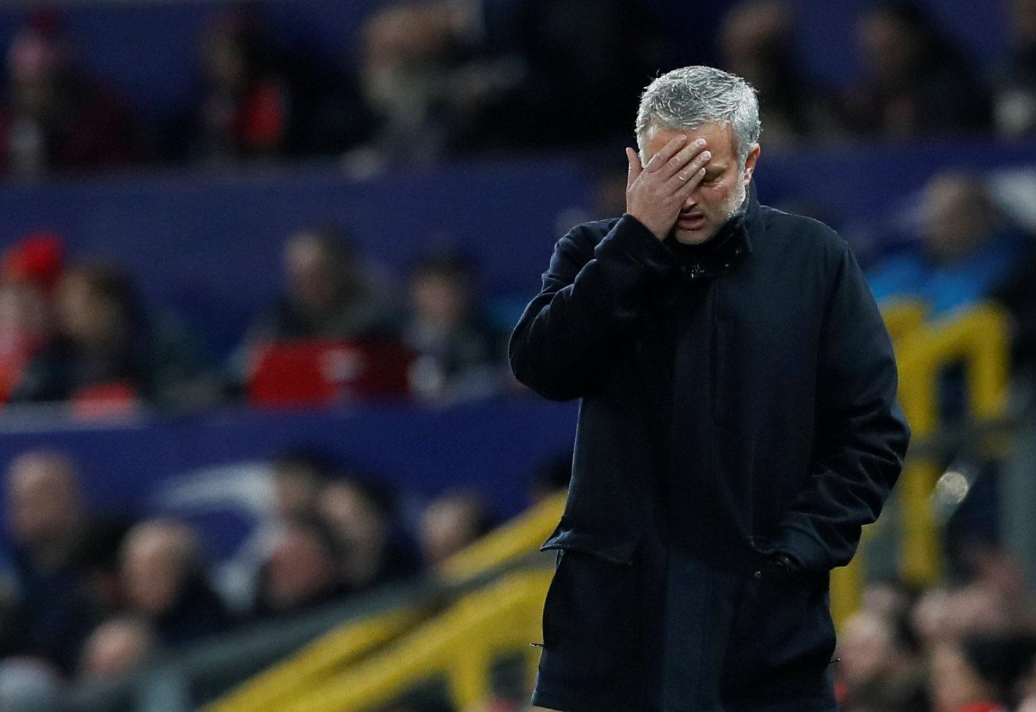 Nỗi thất vọng của HLV Mourinho sau khi M.U để thua Sevilla. Ảnh: REUTERS