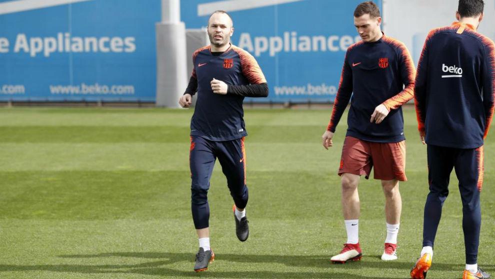 Iniesta tập luyện trở lại cùng các đồng đội. Ảnh: MARCA