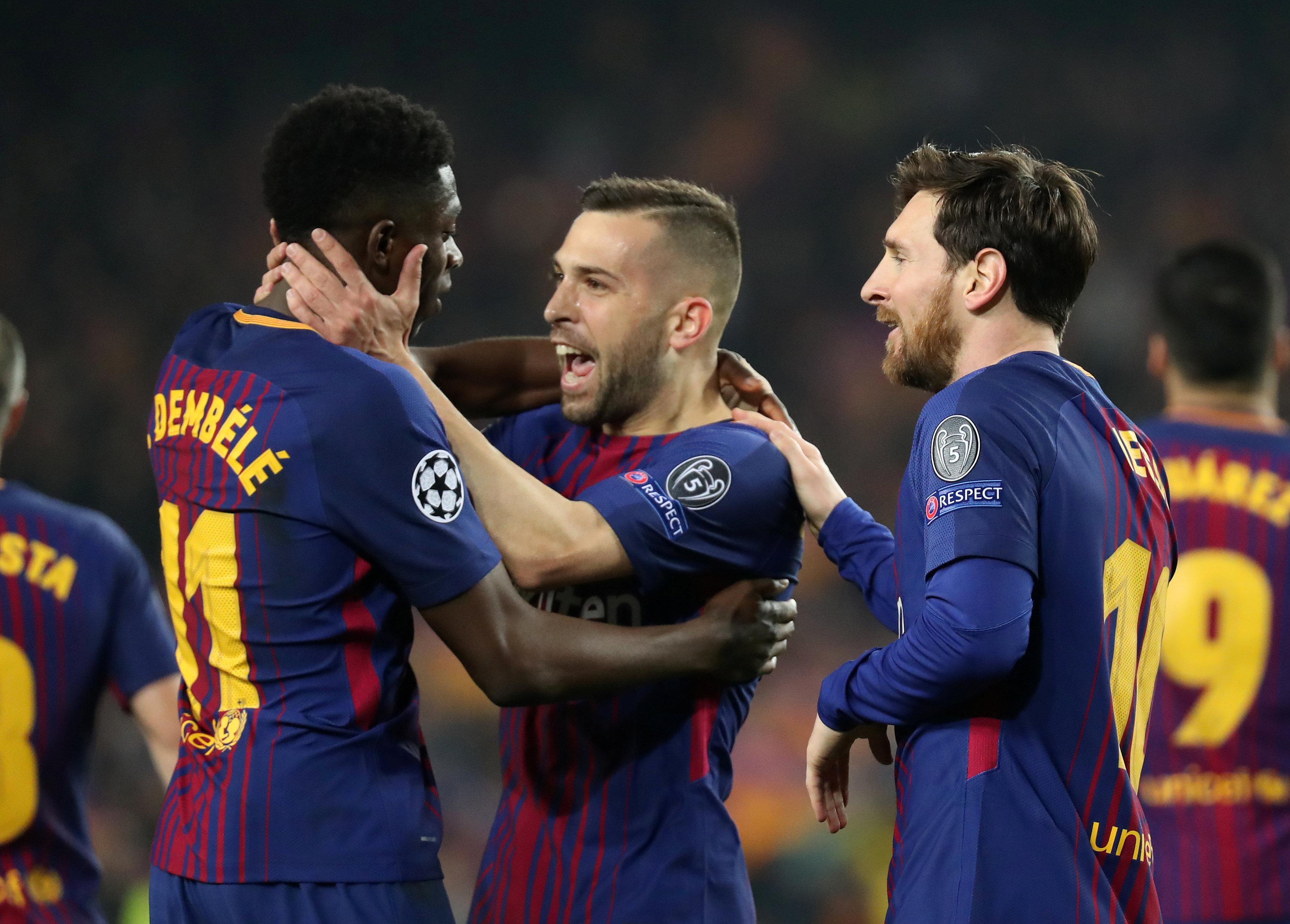 Niềm vui của các cầu thủ Barcelona sau khi Dembele (trái) nâng tỉ số lên 2-0. Ảnh: REUTERS