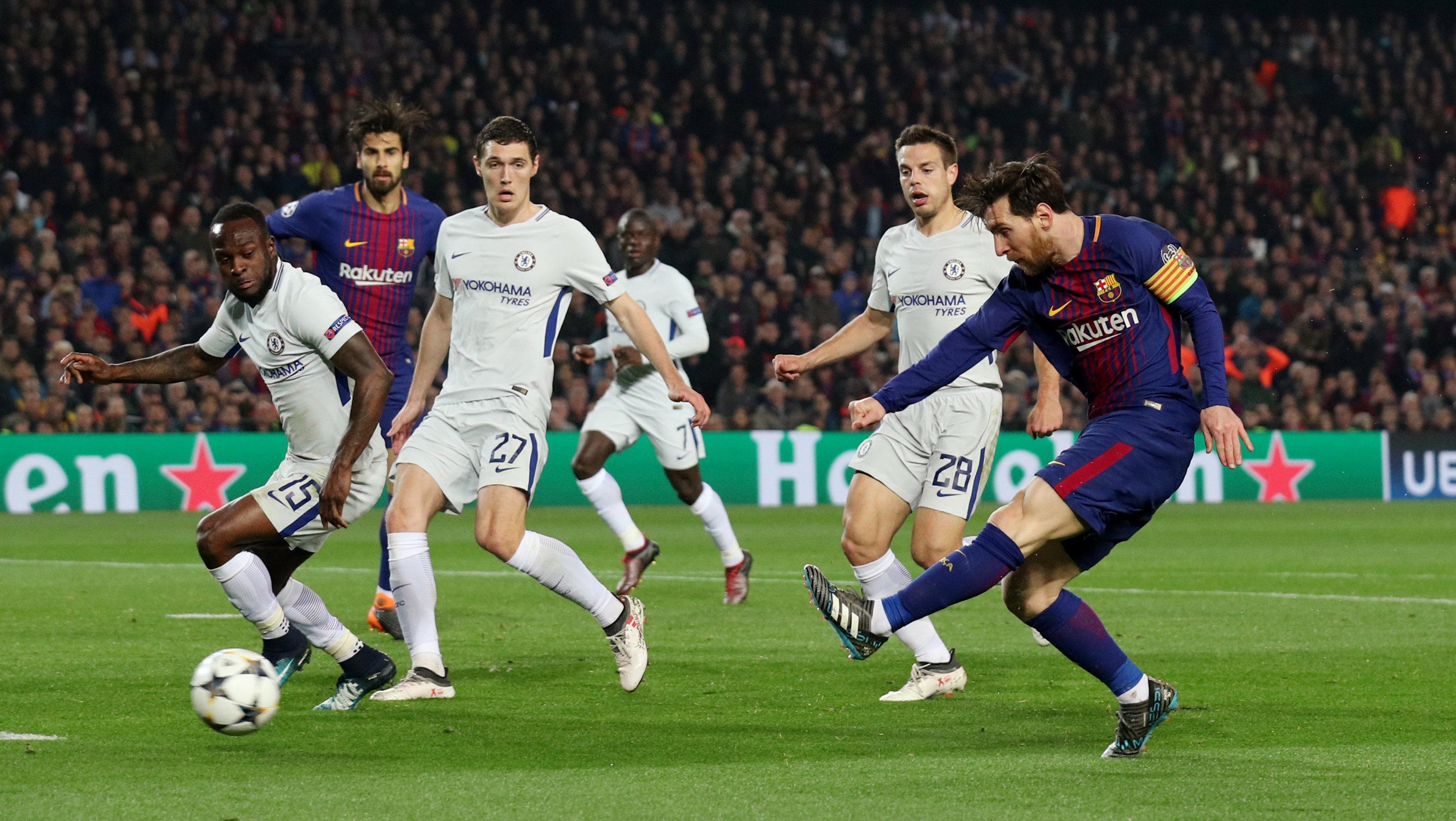 Pha dứt điểm nâng tỉ số lên 3-0 cho Barcelona của Messi. Ảnh: REUTERS