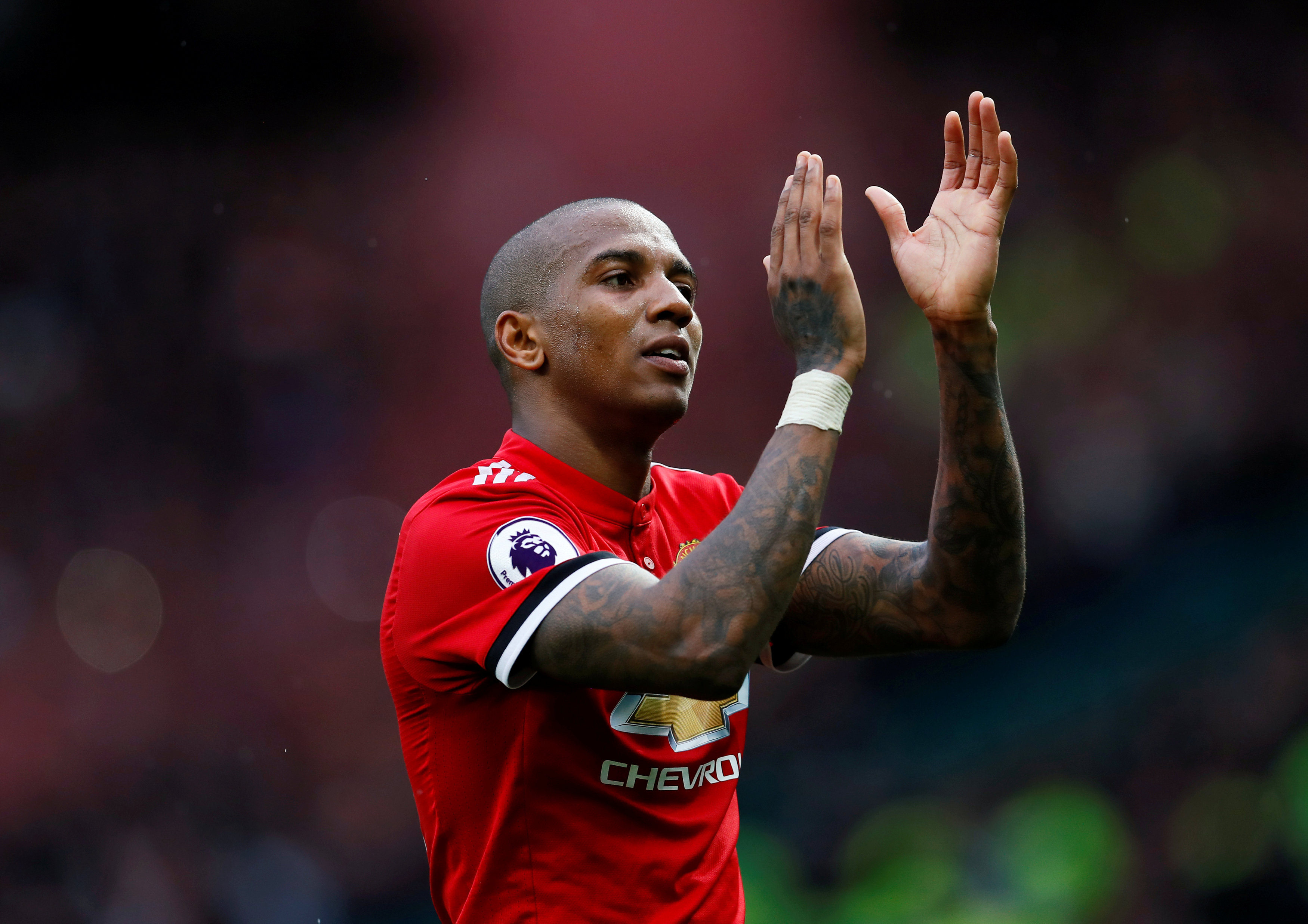 Young đã được M.U gia hạn hợp đồng đến năm 2019. Ảnh: REUTERS