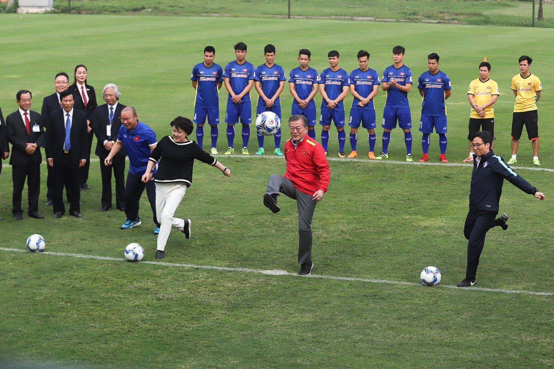 Tổng thống Hàn Quốc (giữa), phu nhân (trái) và phó Thủ tướng Vũ Đức Đam đá bóng trong buổi giao lưu. Ảnh: NGUYỄN KHÁNH