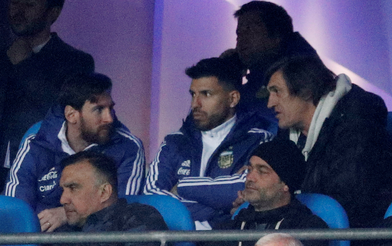 Messi (trái) ngồi theo dõi trận đấu với tuyển Ý trên khán đài. Ảnh: REUTERS