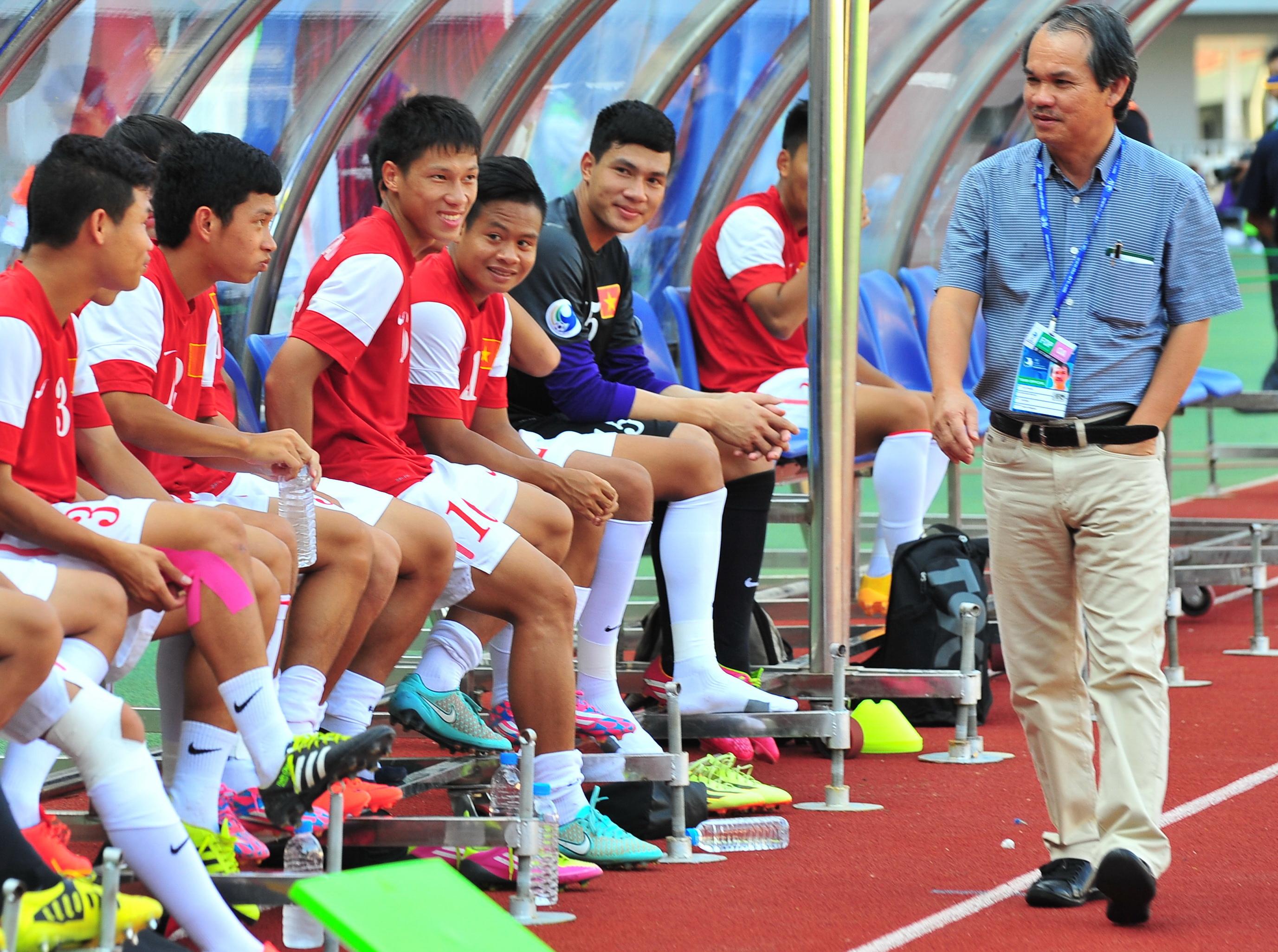 Bầu Đức với lứa cầu thủ xuất thân từ Học viện bóng đá Hoàng Anh Gia Lai JMG. Ảnh: ANH TIẾN