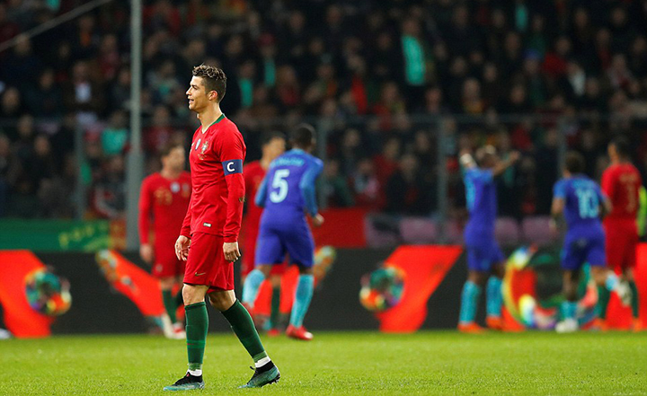 Nỗi thất vọng của Ronaldo sau khi Bồ Đào Nha thua Hà Lan. Ảnh: REUTERS