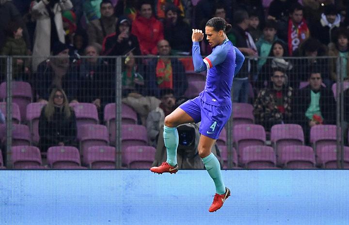 Niềm vui của Van Dijk sau khi nâng tỉ số lên 3-0 cho Hà Lan. Ảnh: REUTERS