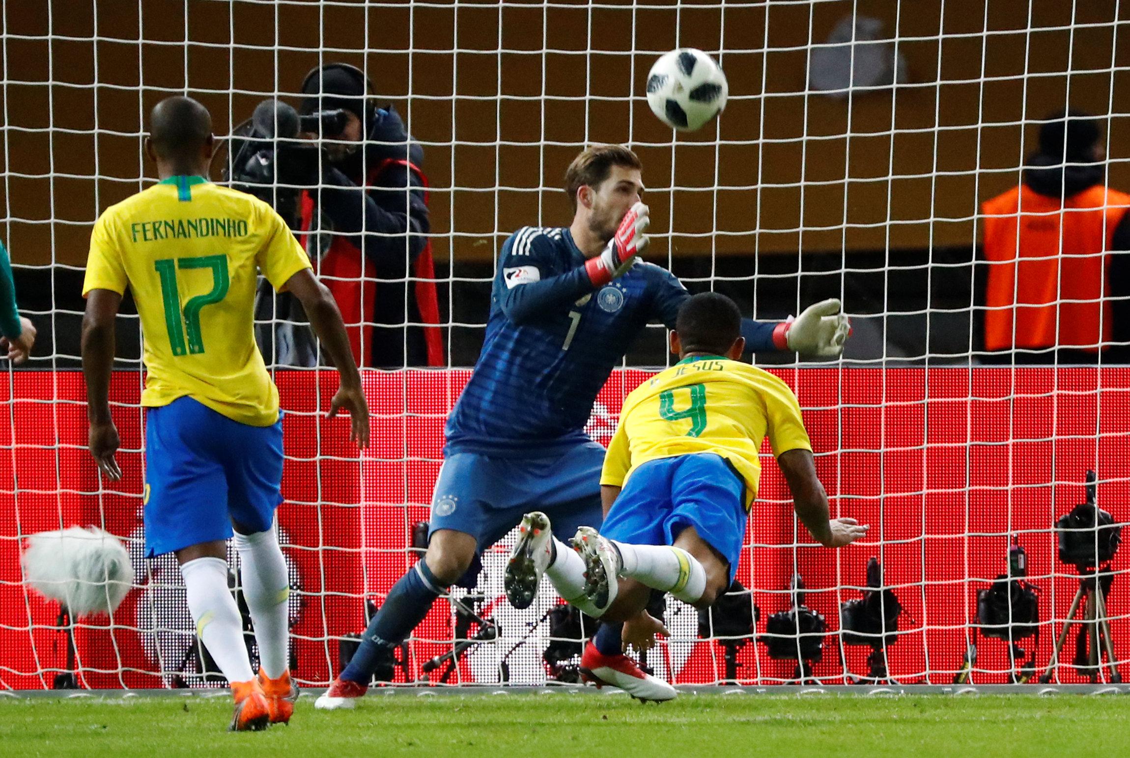Pha đánh đầu ghi bàn cho Brazil của Jesus. Ảnh: REUTERS