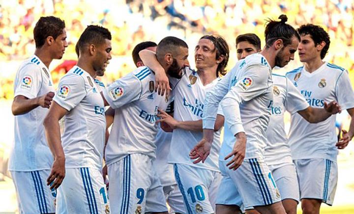Niềm vui của các cầu thủ R.M sau khi Benzema (giữa) nâng tỉ số lên 2-0. Ảnh: EPA