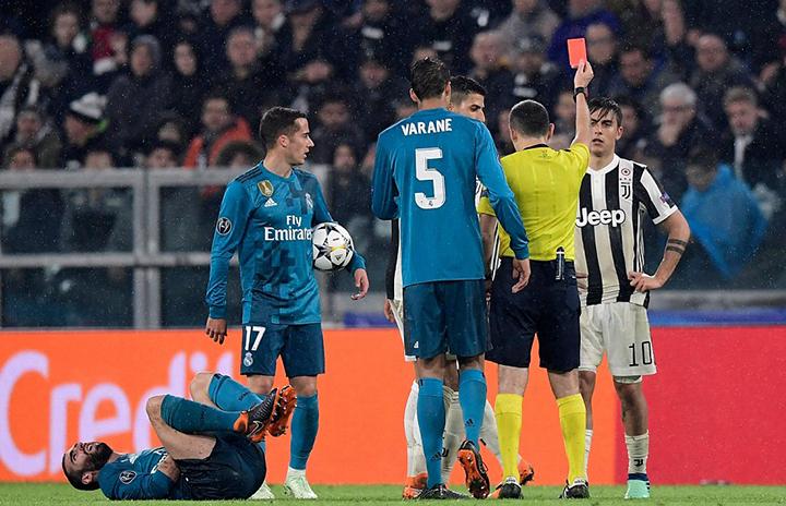 Chiếc thẻ đỏ của Dybala dập tắt mọi hi vọng của Juventus. Ảnh: GETTY IMAGES