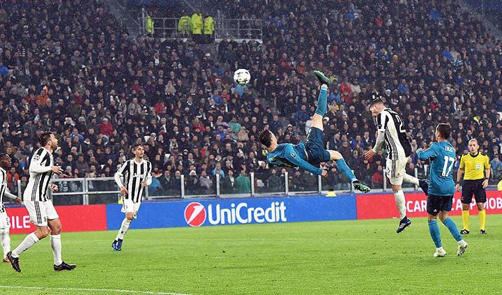 Pha tung người móc bóng nâng tỉ số lên 2-0 cho R.M của Ronaldo. Ảnh: GETTY IMAGES