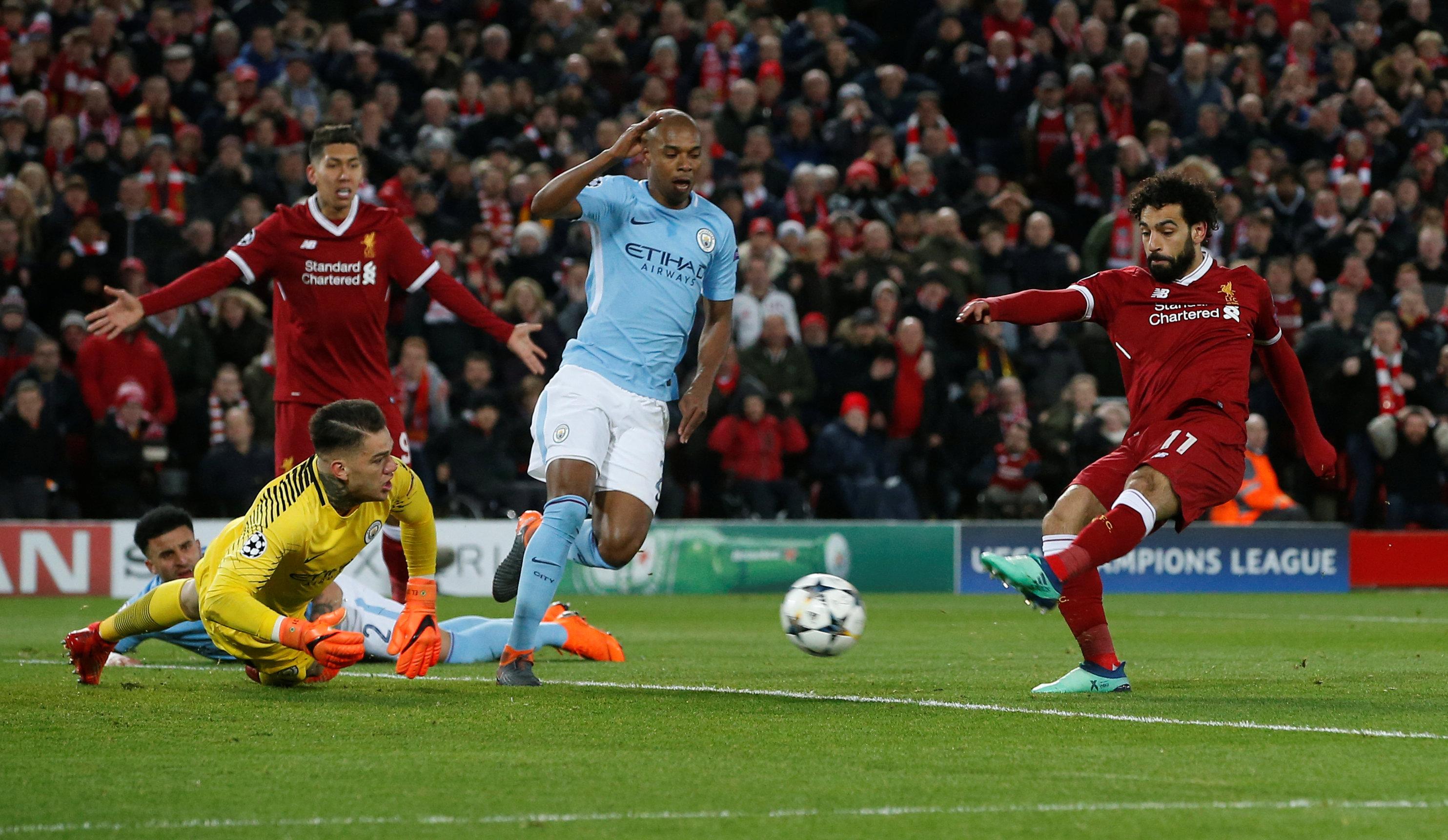 Pha dứt điểm mở tỉ số cho Liverpool của Salah. Ảnh: REUTERS