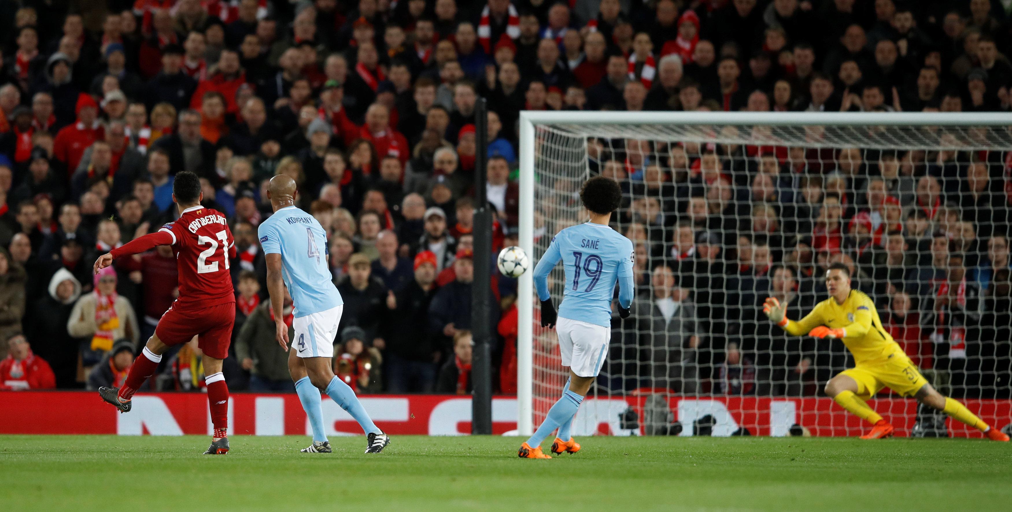Pha dứt điểm nâng tỉ số lên 2-0 cho Liverpool của Oxlade-Chamberlain. Ảnh: REUTERS