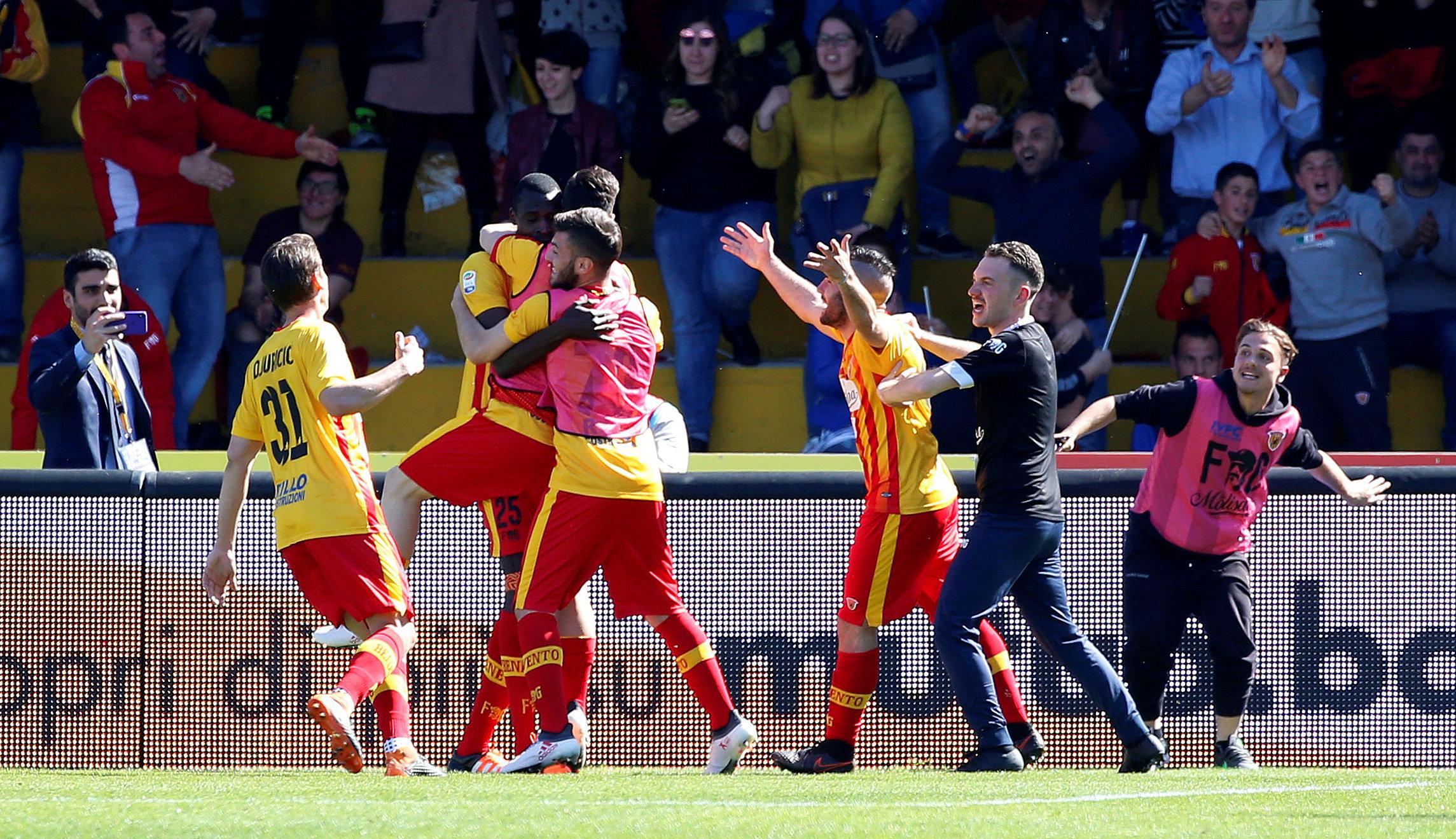 Niềm vui của các cầu thủ Benevento sau khi ghi bàn vào lưới Juventus. Ảnh: REUTERS