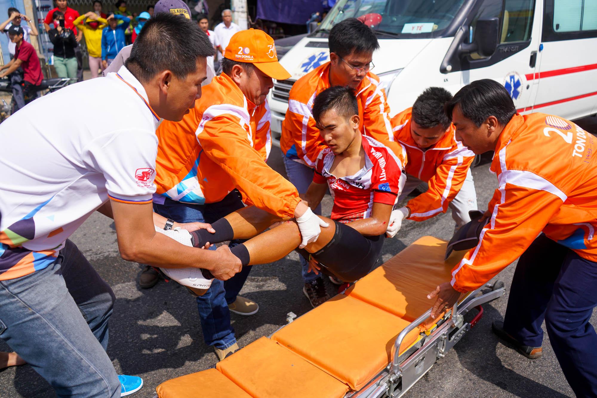 Minh Luận được đưa lên xe cấp cứu sau tai nạn. Ảnh: M.Q