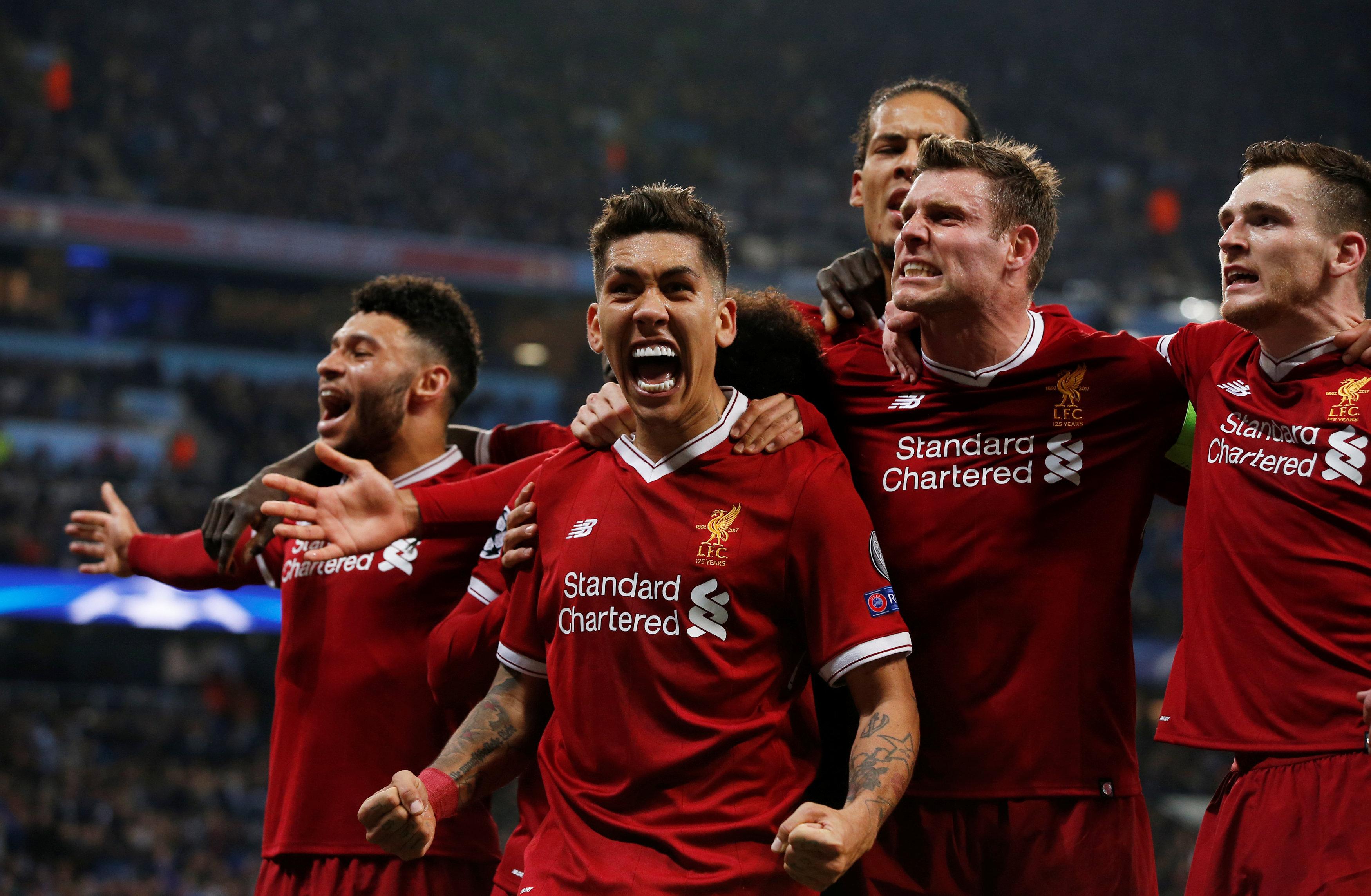 Niềm vui của các cầu thủ Liverpool sau khi Firmino nâng tỉ số lên 2-1. Ảnh: REUTERS