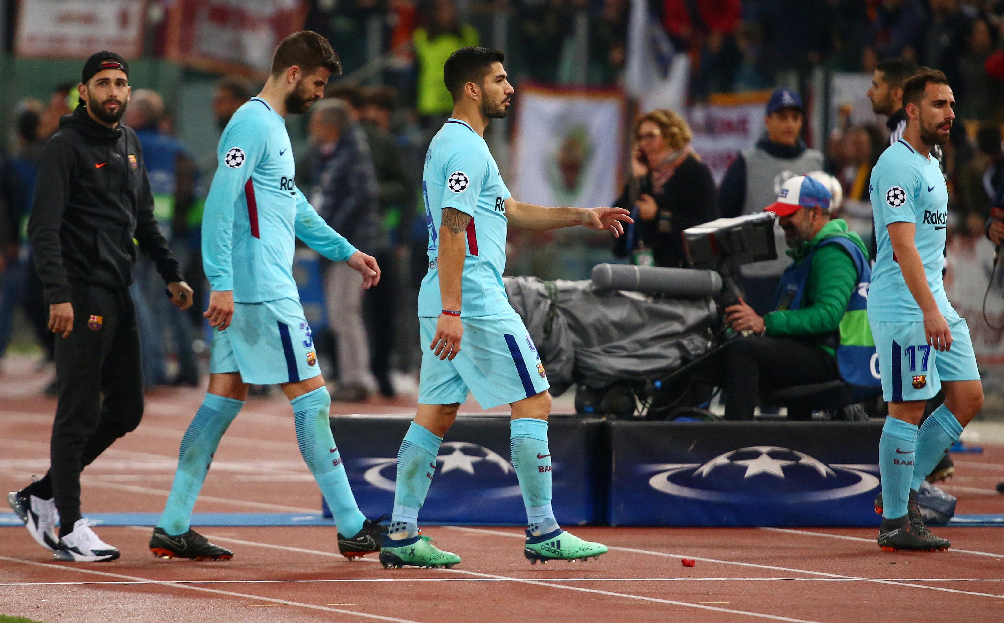Nỗi thất vọng của các cầu thủ Barcelona sau trận thua AS Roma. Ảnh: REUTERS