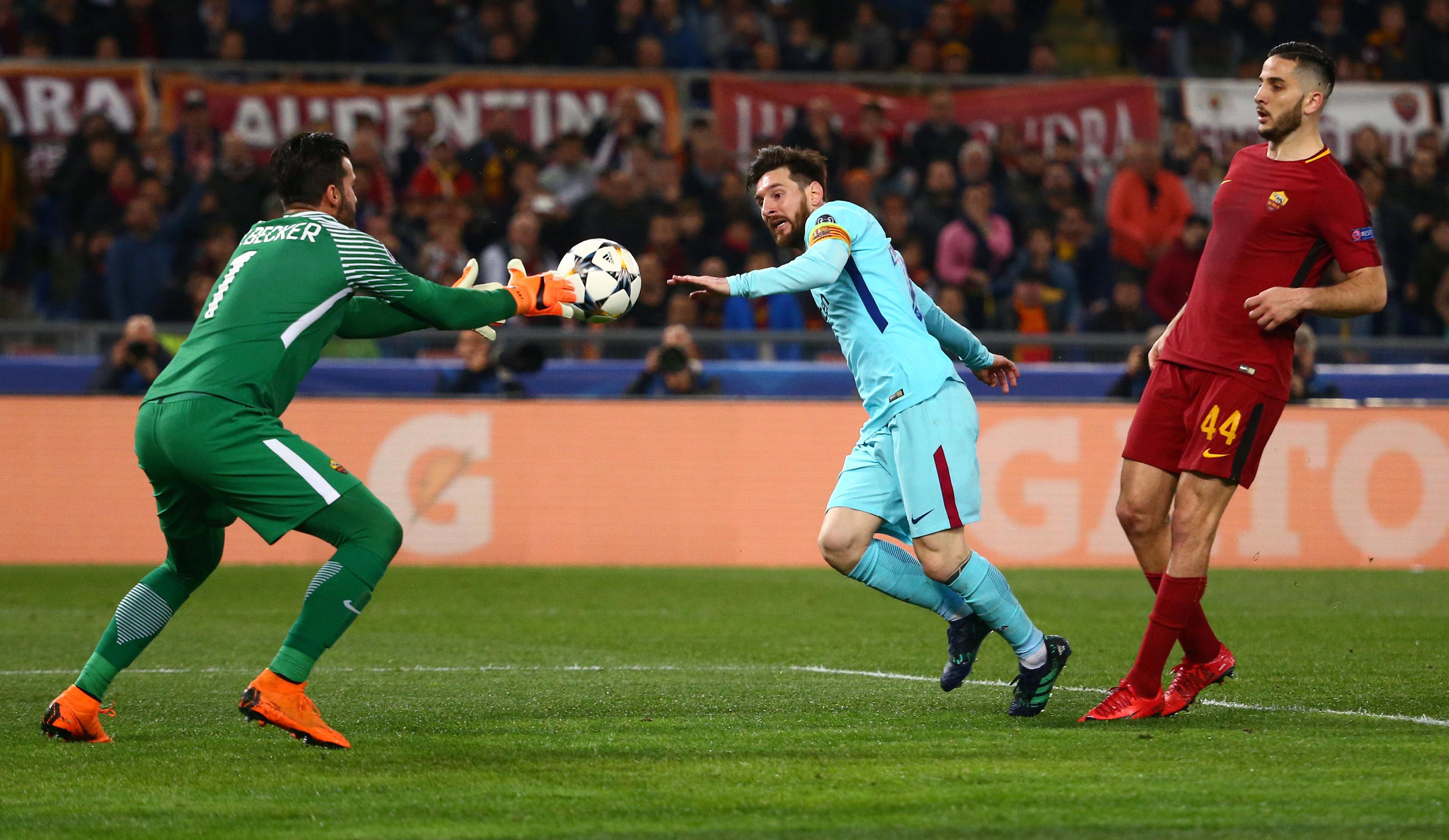 Một pha uy hiếp khung thành AS Roma của Messi (xanh). Ảnh: REUTERS