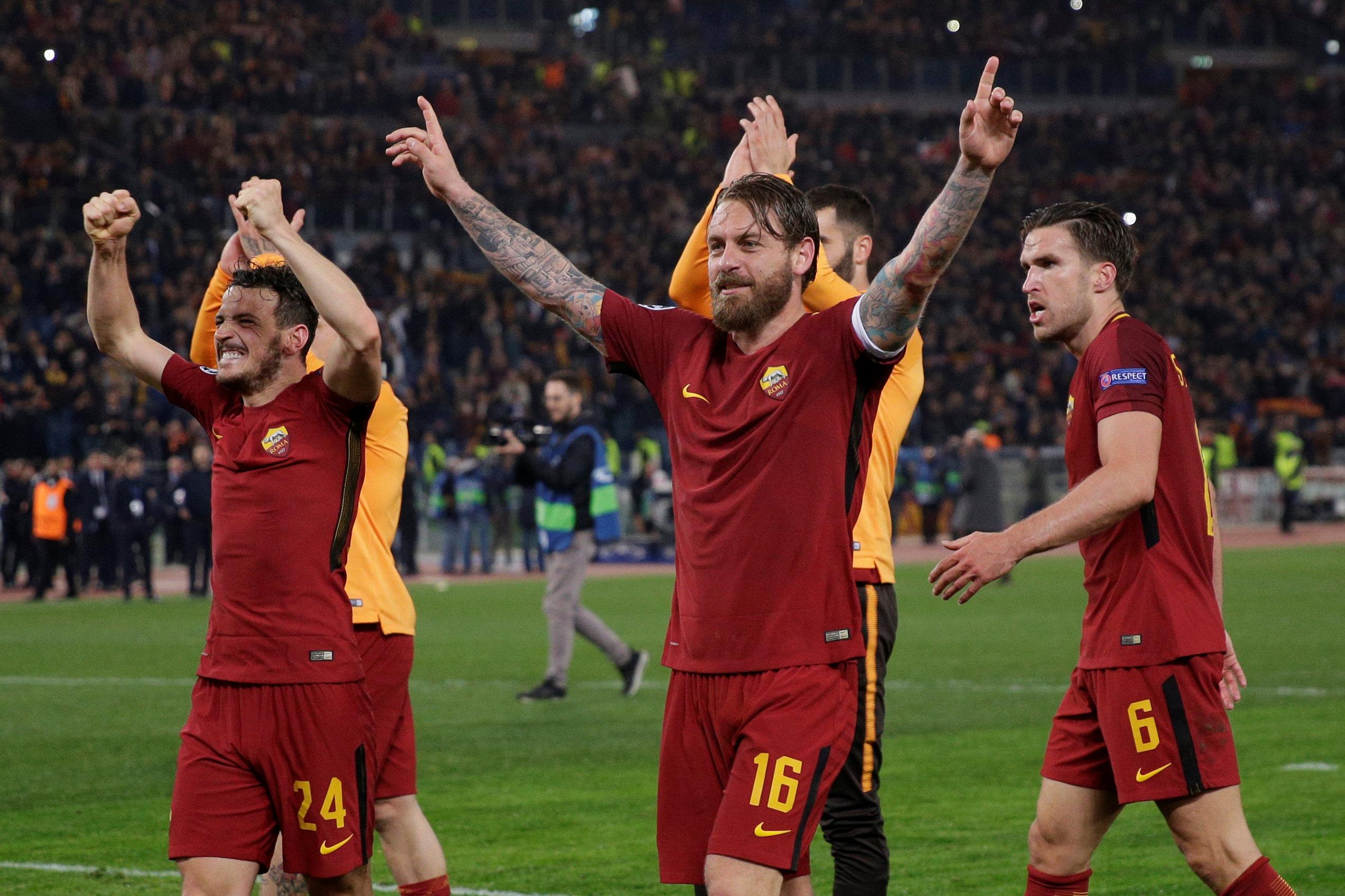 Niềm vui của các cầu thủ Roma sau chiến thắng trước Barca. Ảnh: REUTERS