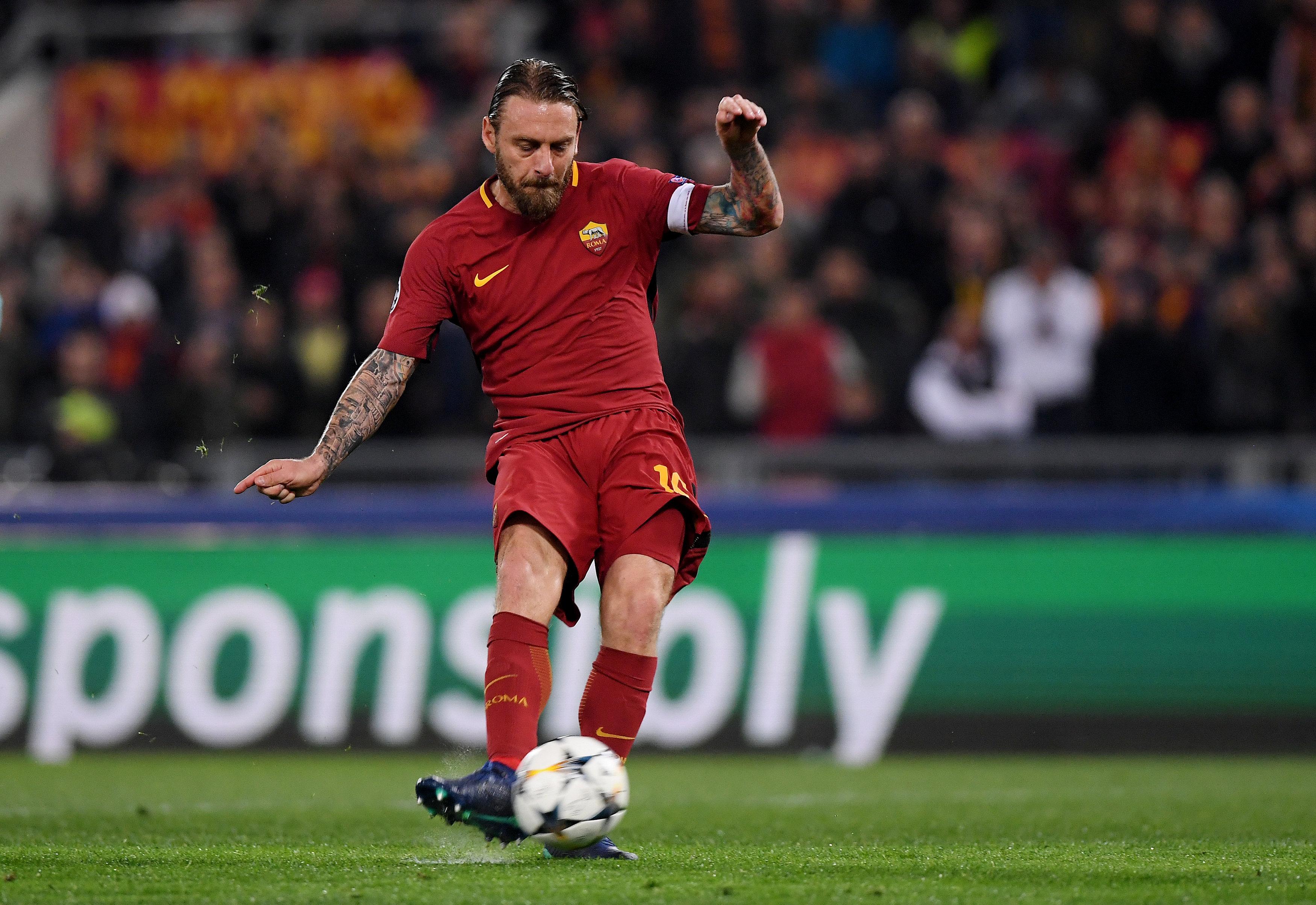 De Rossi thực hiện quả đá 11m thành công, ghi bàn nhân đôi cách biệt cho Roma. Ảnh: REUTERS