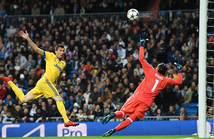 Pha đánh đầu mở tỉ số cho Juventus của Mandzukic. Ảnh: GETTY IMAGES