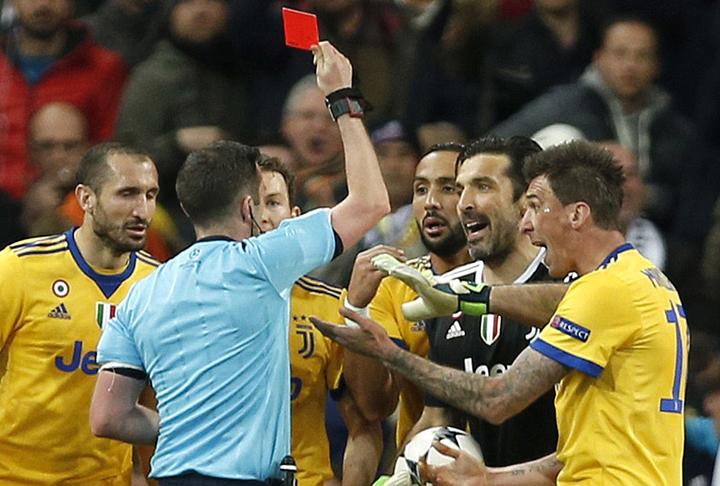 Thủ thành Buffon nhận thẻ đỏ vì phản ứng quyết liệt sau khi Juventus bị thổi penalty. Ảnh: AP