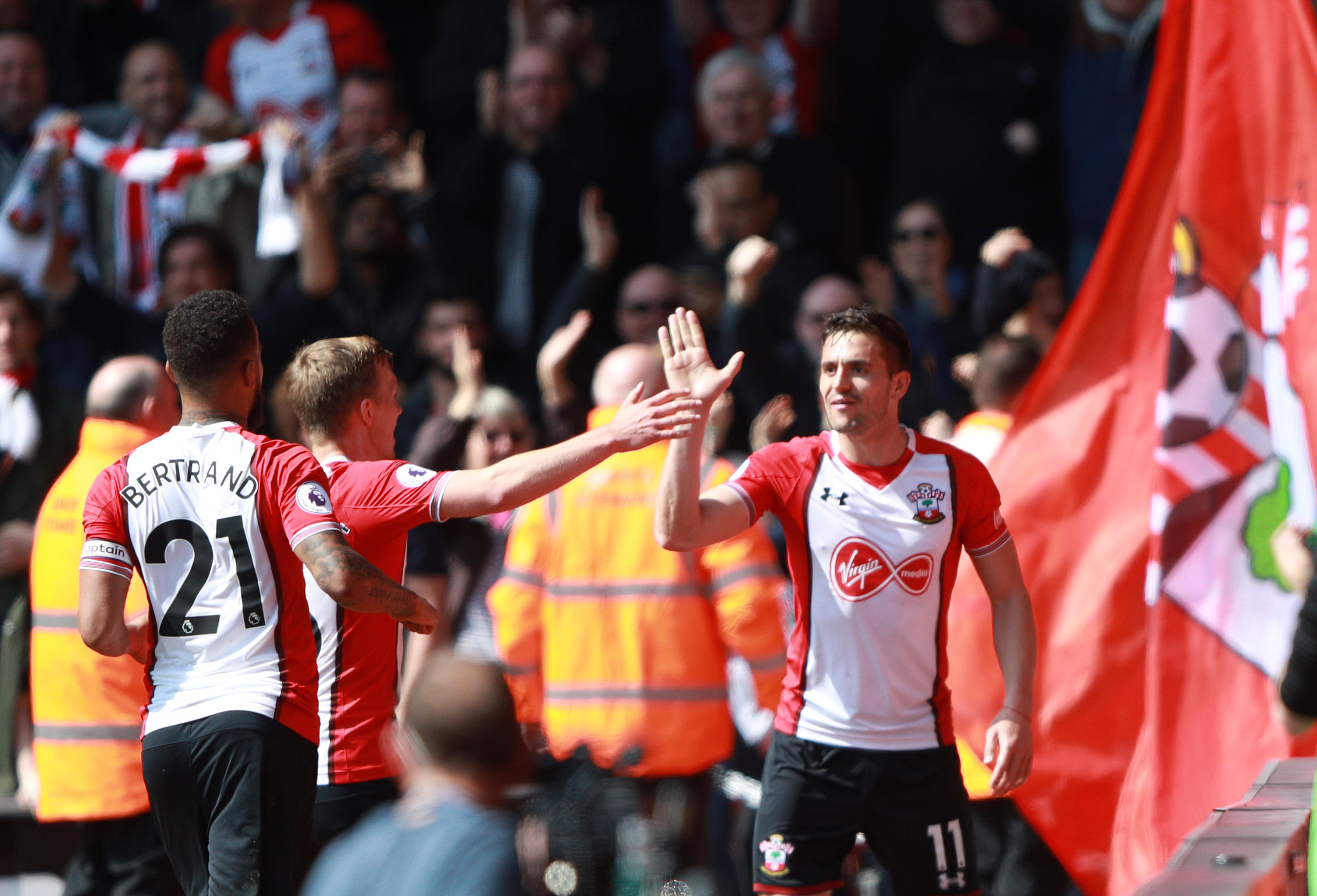 Niềm vui của các cầu thủ Southampton sau khi ghi bàn vào lưới Chelsea. Ảnh: REUTERS
