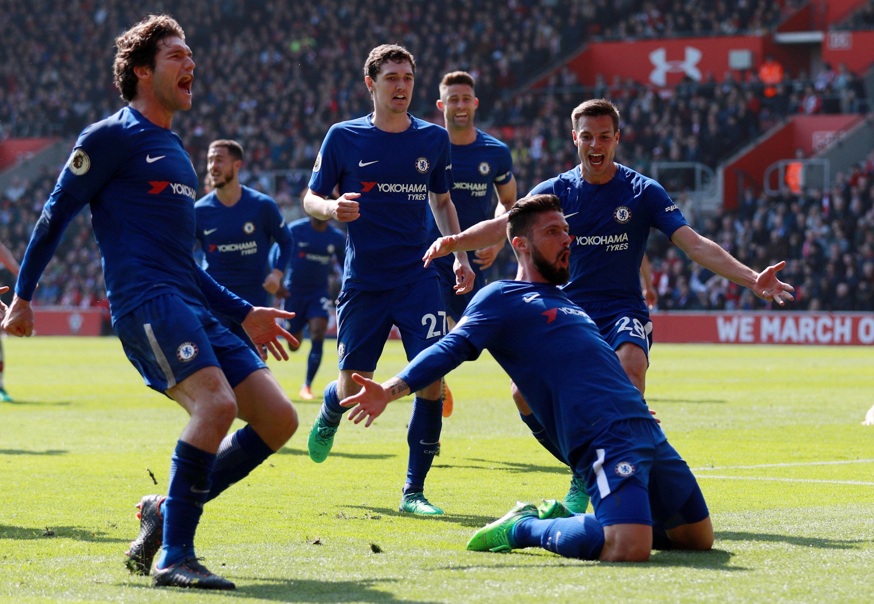 Niềm vui của các cầu thủ Chelsea sau khi Giroud nâng tỉ số lên 3-2. Ảnh: REUTERS