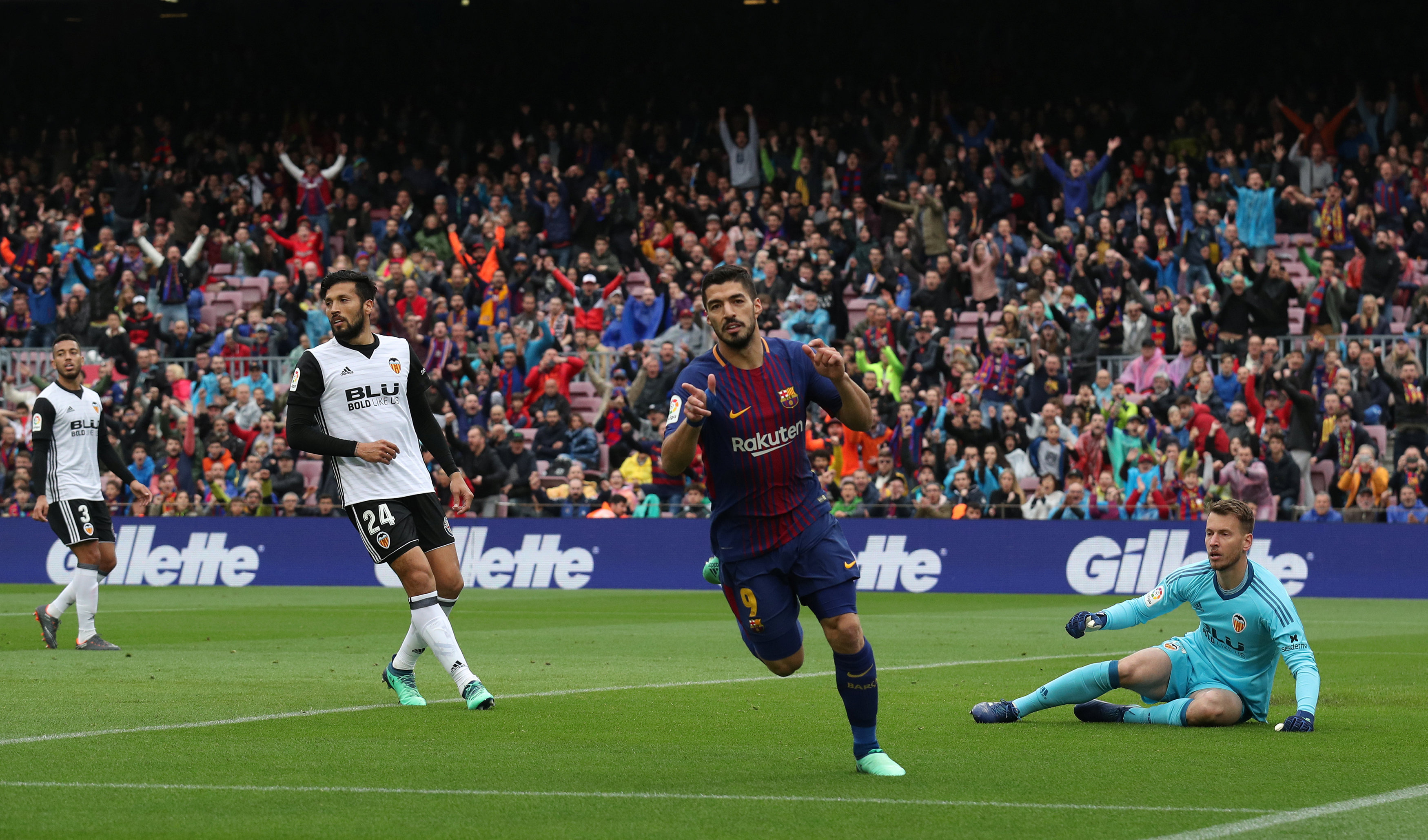Suarez ăn mừng bàn mở tỉ số cho Barcelona. Ảnh: REUTERS