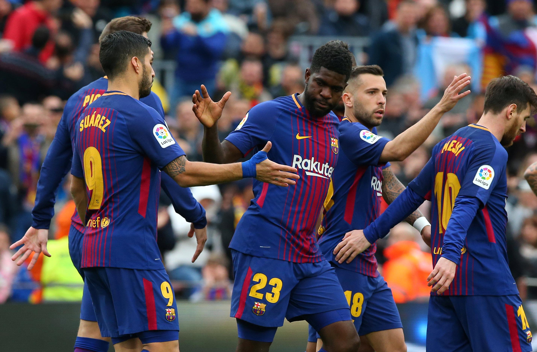 Niềm vui của các cầu thủ Barcelona sau khi Umtiti (23) nâng tỉ số lên 2-0. Ảnh: REUTERS