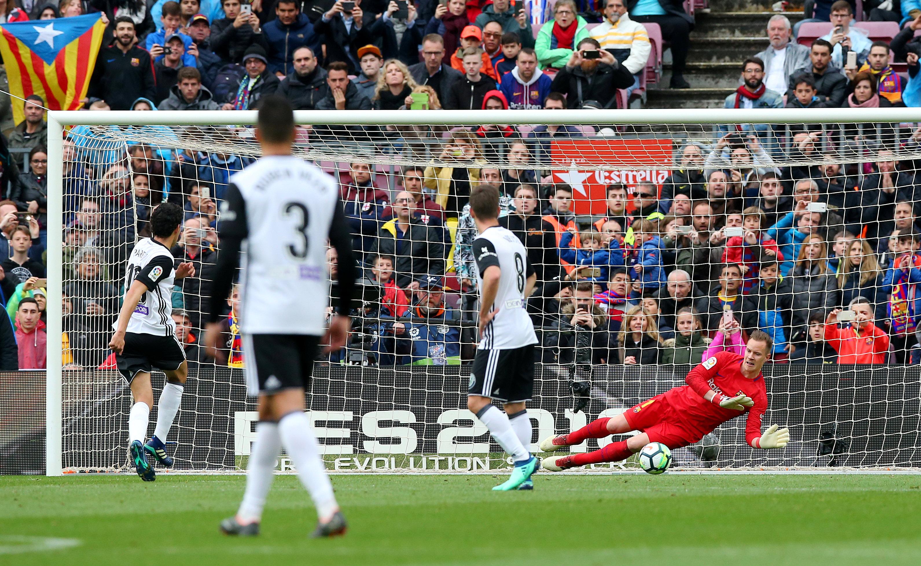 Daniel Parejo rút ngắn tỉ số xuống 1-2 cho Valencia từ chấm 11m. Ảnh: REUTERS