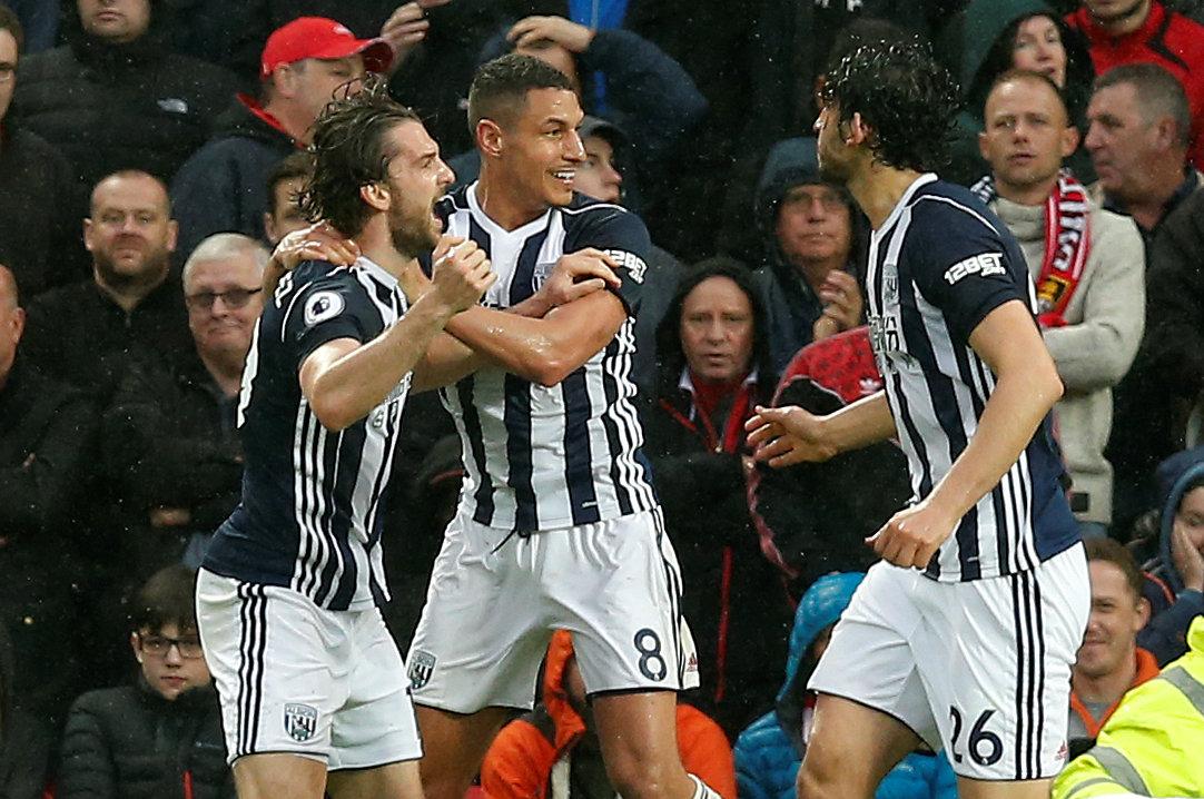 Niềm vui của các cầu thủ West Brom sau khi ghi bàn vào lưới M.U. Ảnh: REUTERS