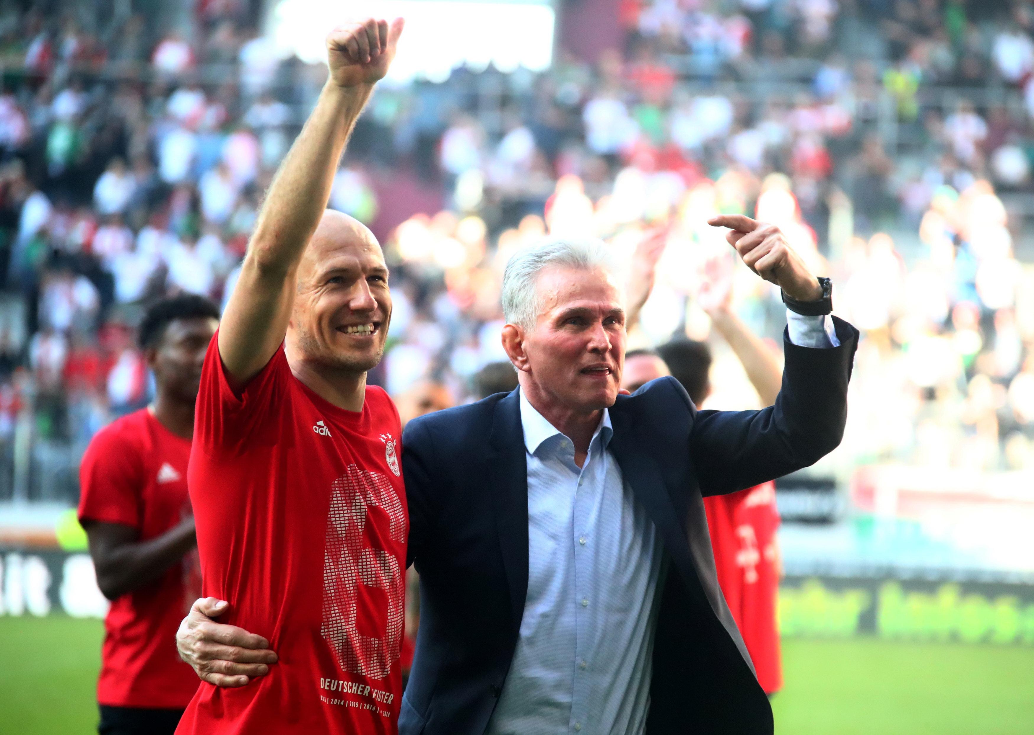 Jupp Heynckes và ngôi sao người Hà Lan Arjen Robben ăn mừng chức vô địch Bundesliga mùa bóng 2017-2018 của Bayern Munich. Ảnh: REUTERS