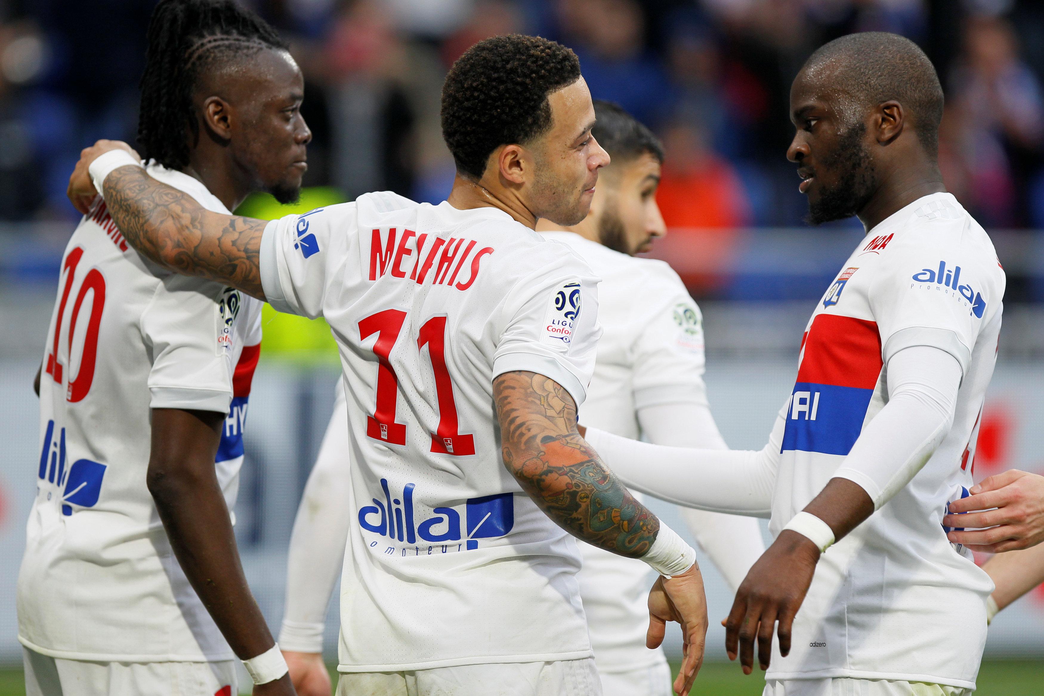 Niềm vui của các cầu thủ Lyon sau khi ghi bàn vào lưới Dijon. Ảnh: REUTERS