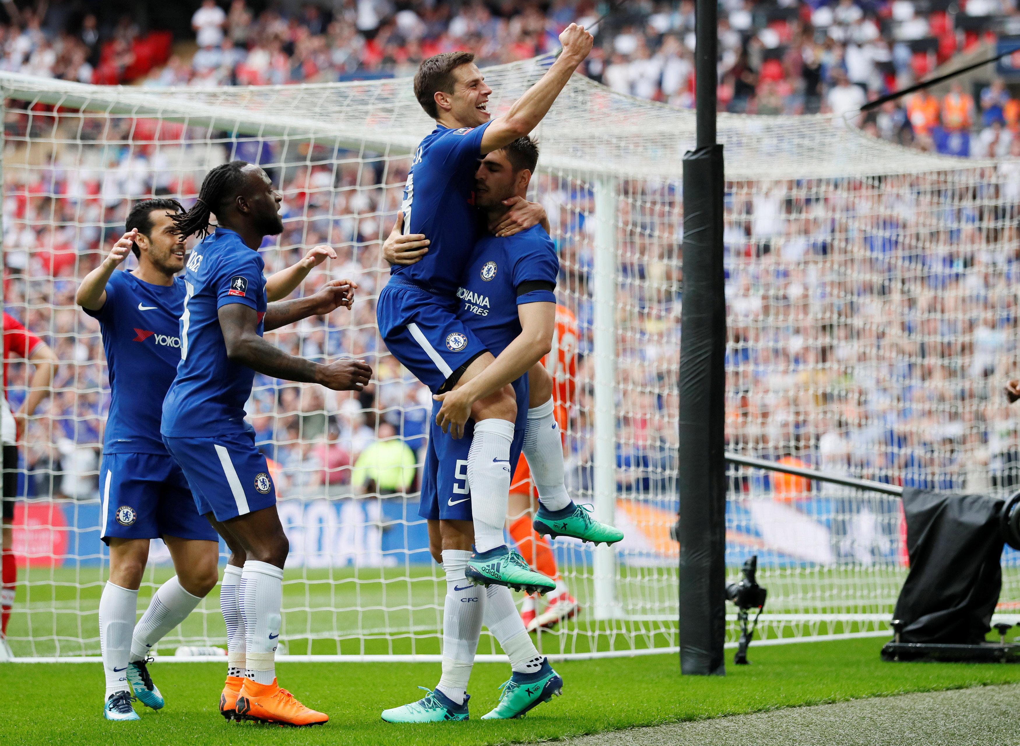 Niềm vui của các cầu thủ Chelsea sau khi Morata nâng tỉ số lên 2-0. Ảnh: REUTERS