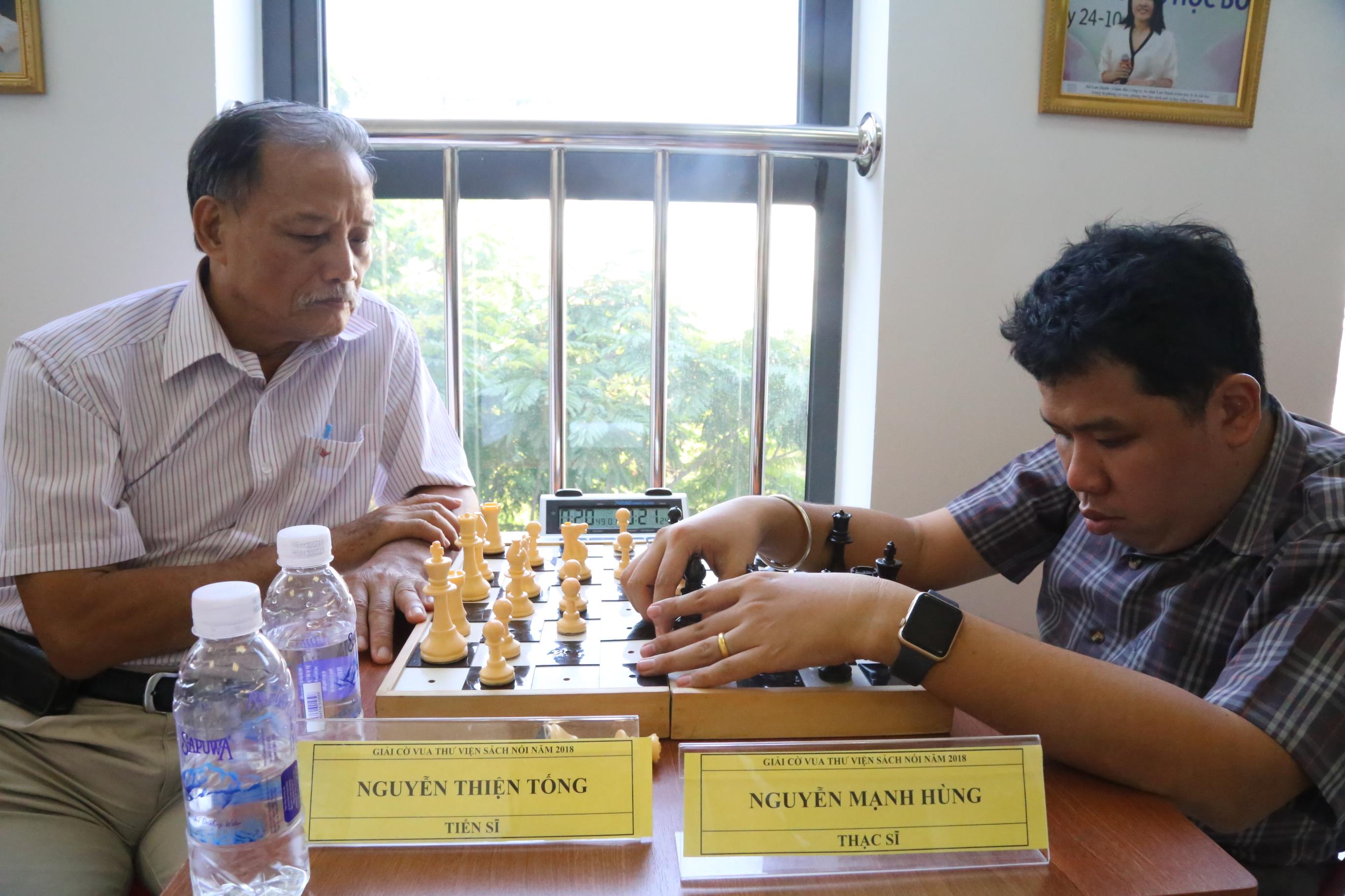 Anh Nguyễn Mạnh Hùng (phải) đấu cờ với PGS.TS Nguyễn Thiện Tống. Ảnh: H.Đ.