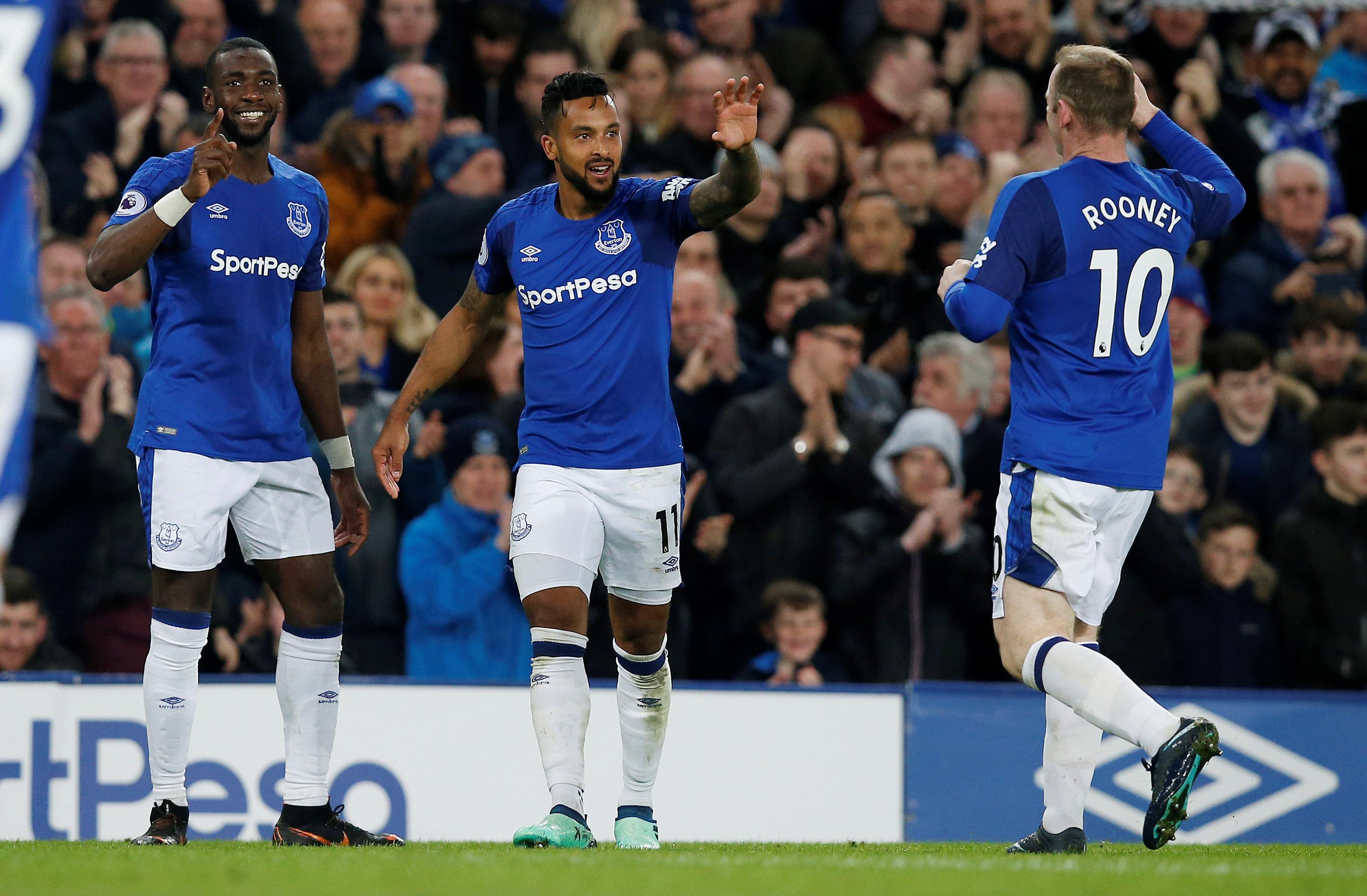 Niềm vui của Walcott (giữa) sau khi ghi bàn cho Everton. Ảnh: REUTERS