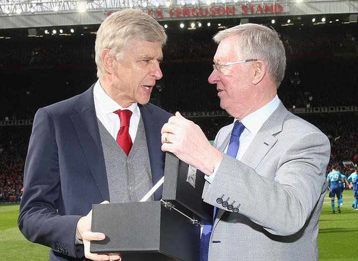 Sir Alex Ferguson (phải) tặng quà cho HLV Wenger trước trận đấu. Ảnh: GETTY IMAGES