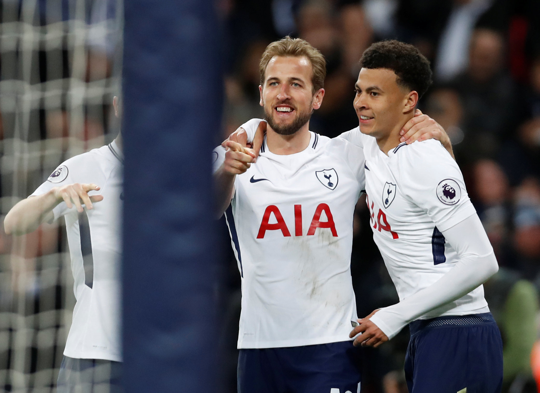 Niềm vui của Kane (giữa) sau khi nâng tỉ số lên 2-0 cho Tottenham. Ảnh: REUTERS