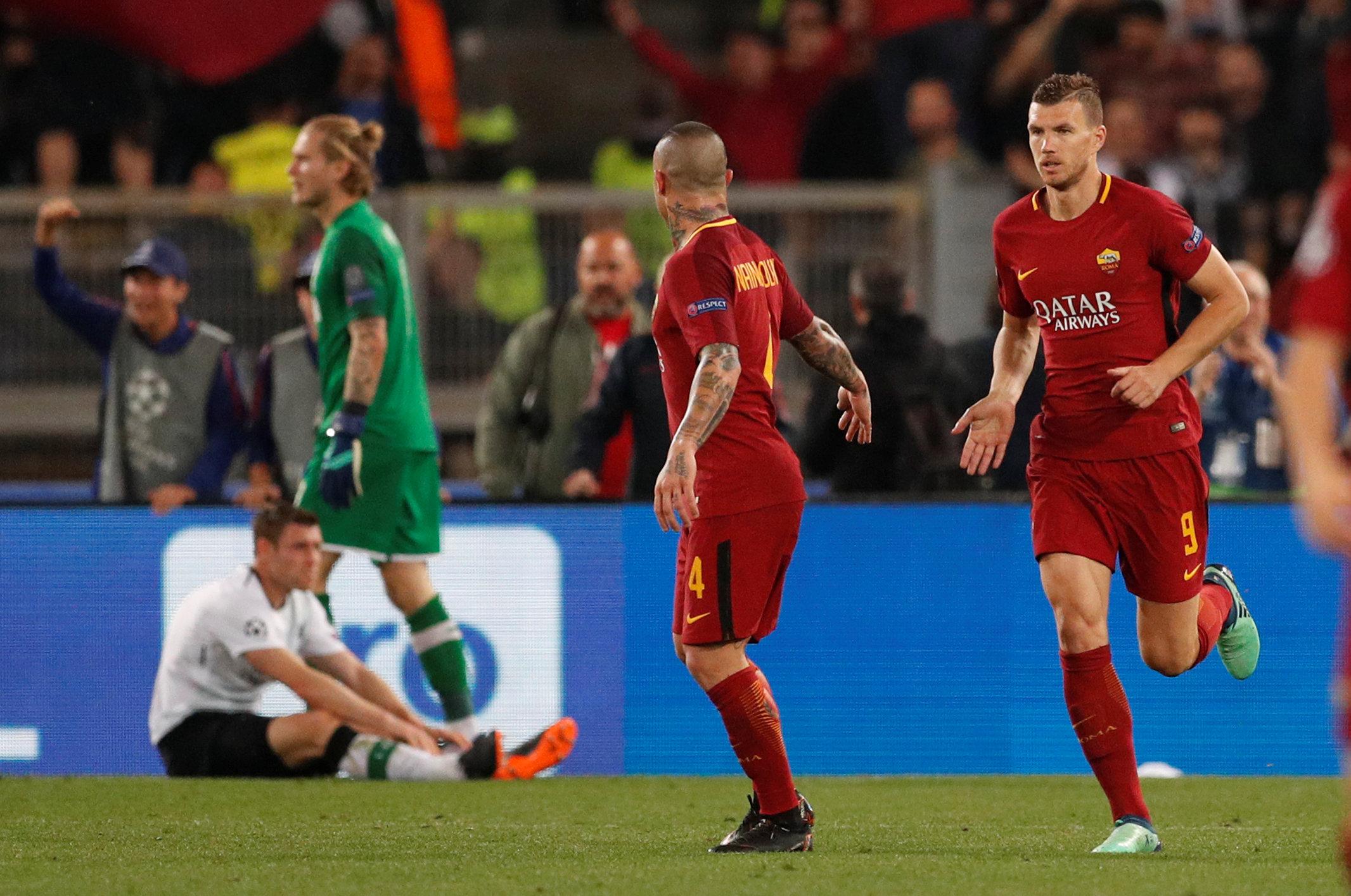 Dzeko (phải) - tác giả bàn gỡ 2-2 cho Roma. Ảnh: REUTERS