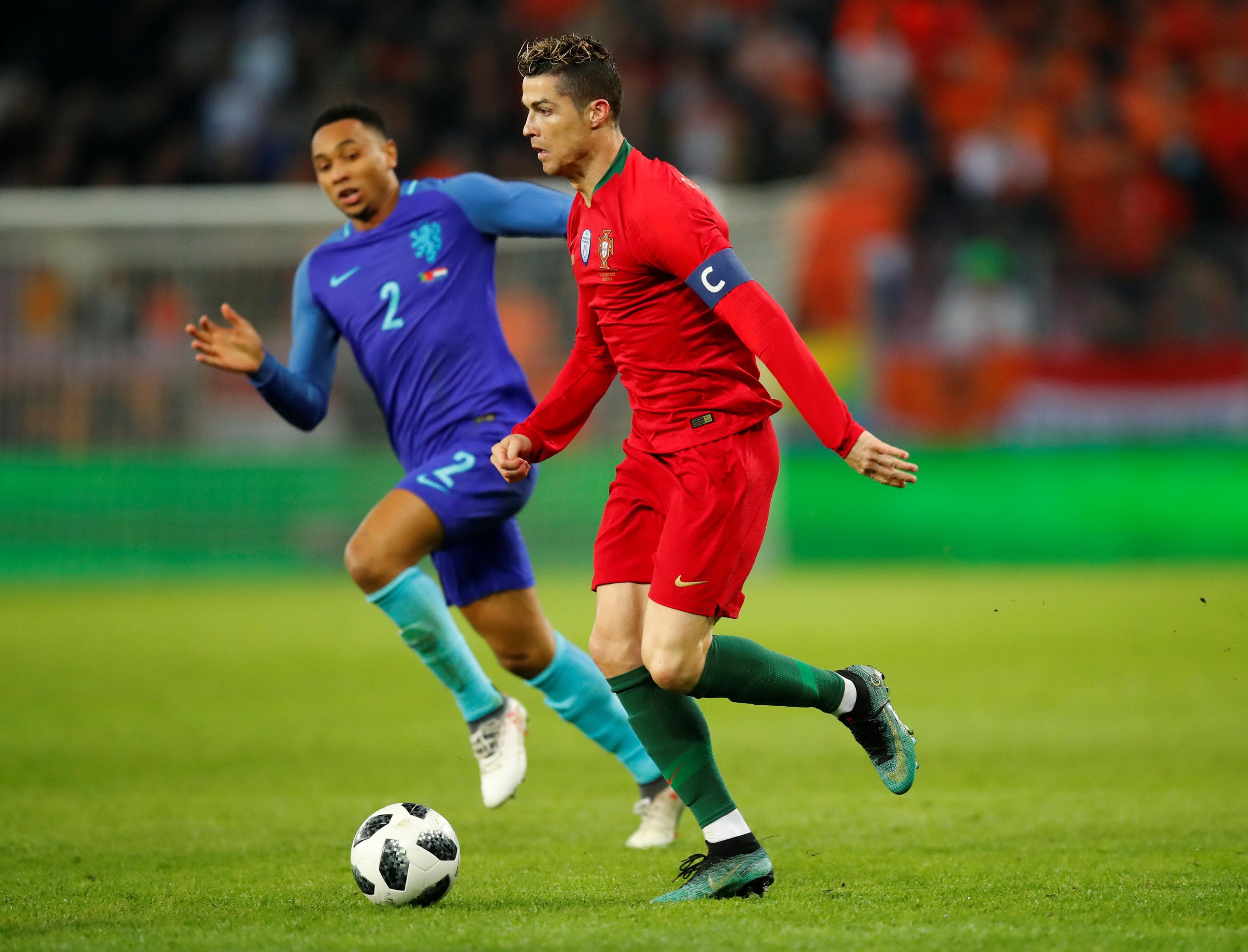 Người hâm mộ VN chờ xem màn trình diễn của các ngôi sao như Ronaldo (phải) ở World Cup 2018. Ảnh: REUTERS