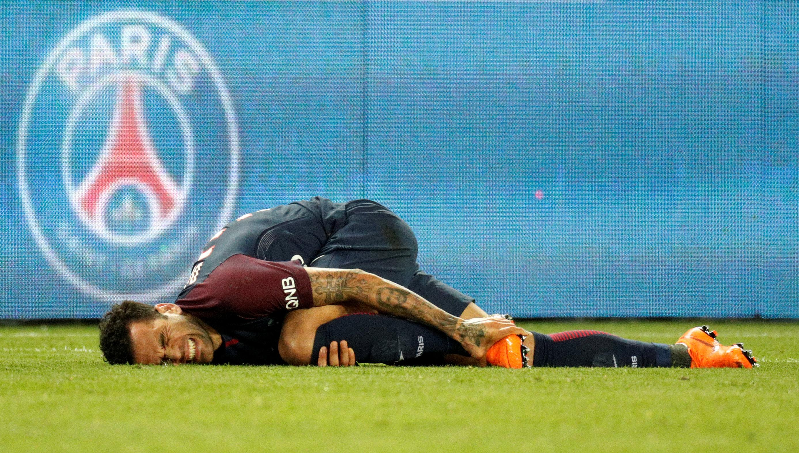 Alves nghỉ thi đấu 3 tuần vì chấn thương. Ảnh: REUTERS