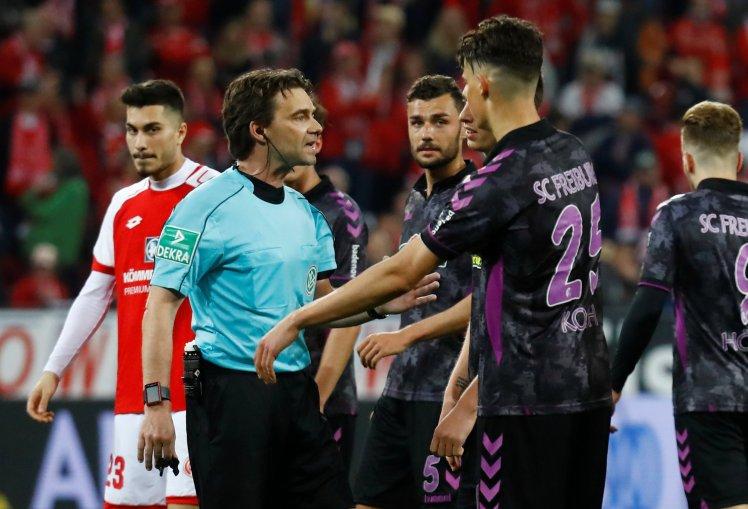 Các cầu thủ Freiburg  tranh cãi với trọng tài vì quyết định kỳ lạ do VAR. Ảnh: REUTERS