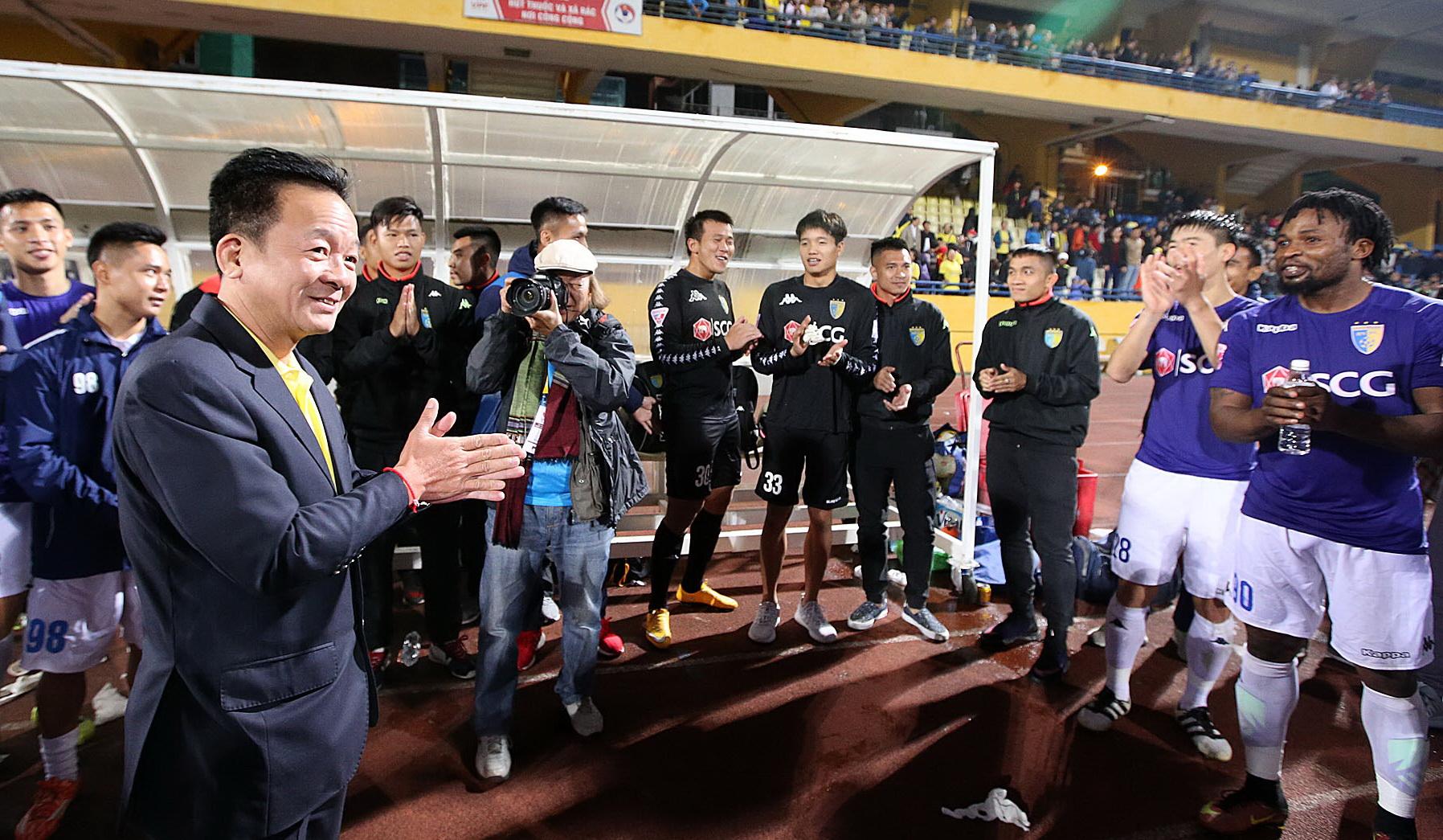 Bầu Hiển (bìa trái) nói rằng đội Hà Nội sẽ có xử lý nghiêm với những thành viên gây ra hình ảnh xấu xí trên sân Pleiku tối 11-5- Ảnh: ANH HOÀNG